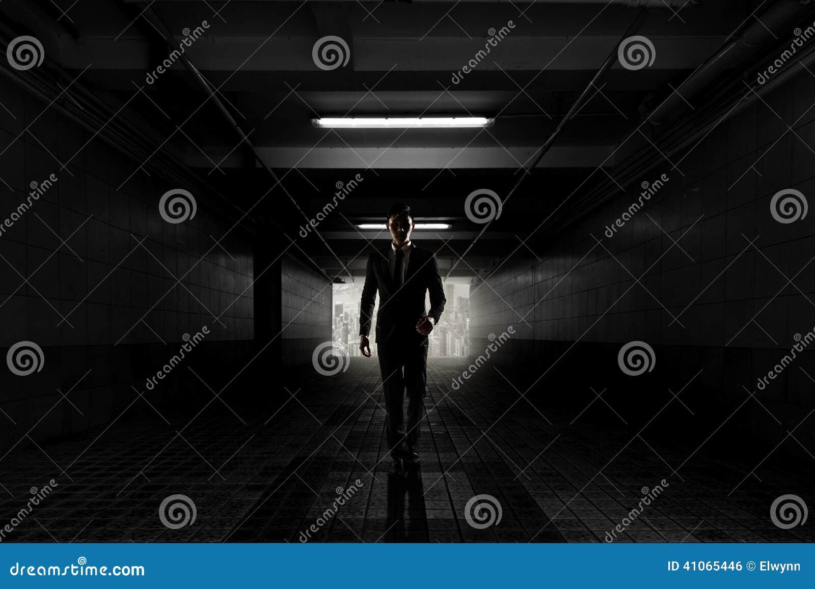Uomo d affari sicuro che cammina verso voi