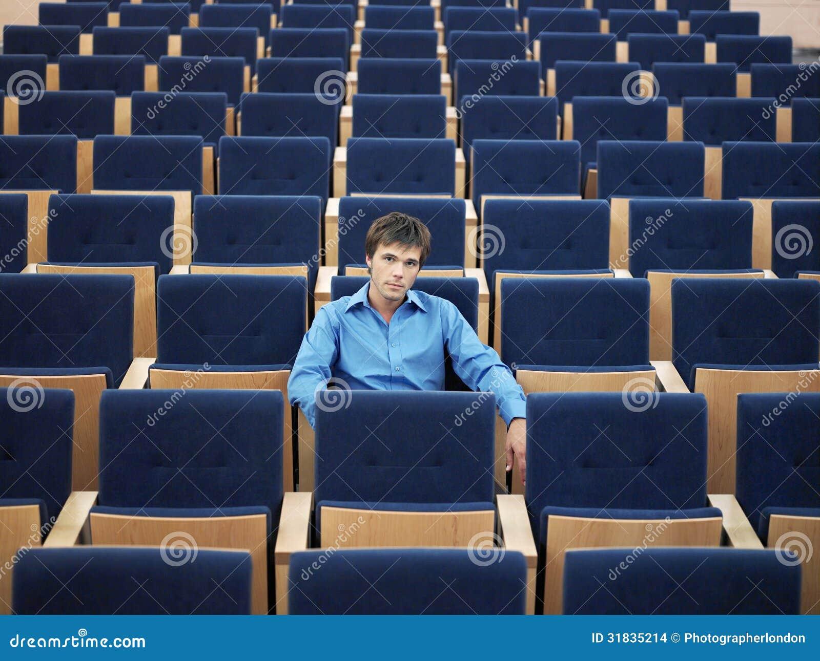 Uomo d affari Sitting Alone On in sala