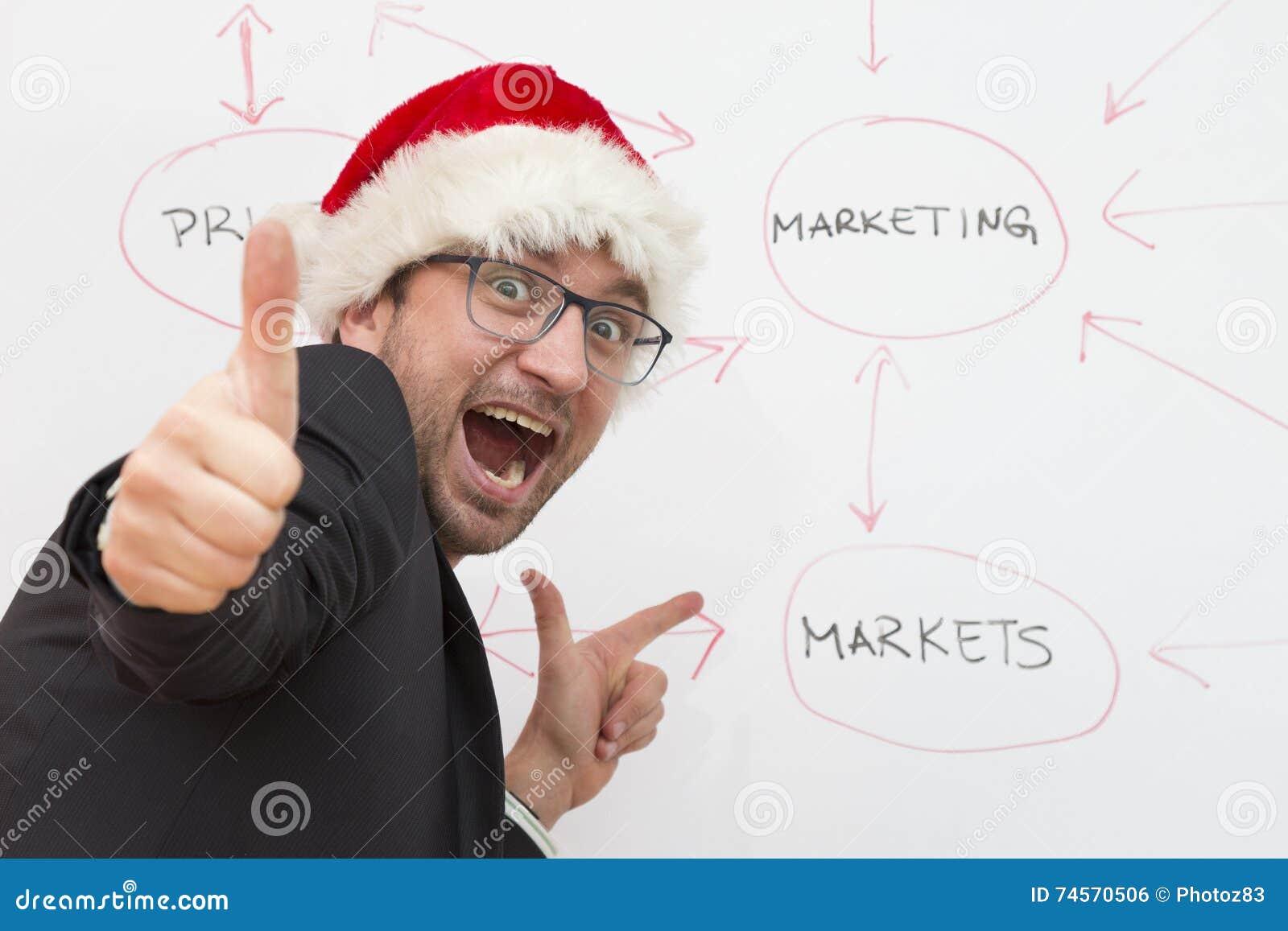 Uomo d affari soddisfatto che porta il cappello di Santa Claus