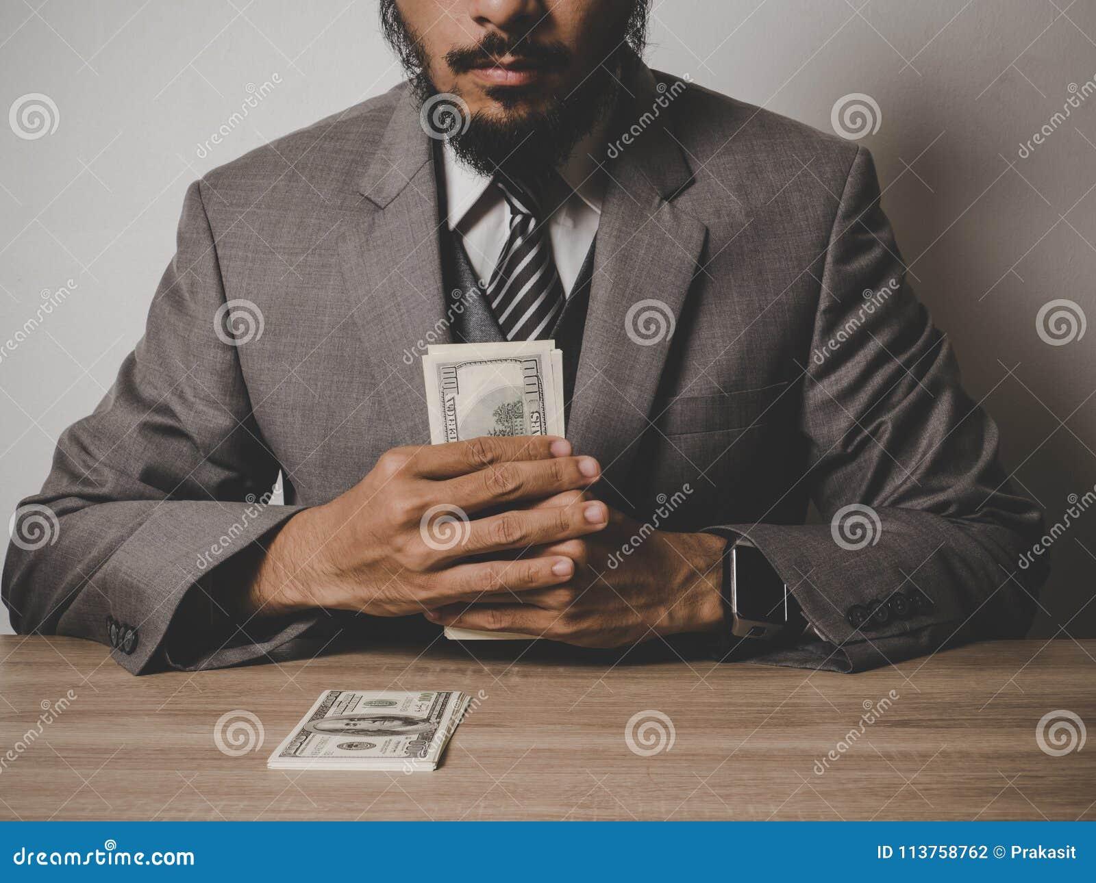 Uomo d affari soddisfatto dei molti banconota del dollaro, successo co di affari