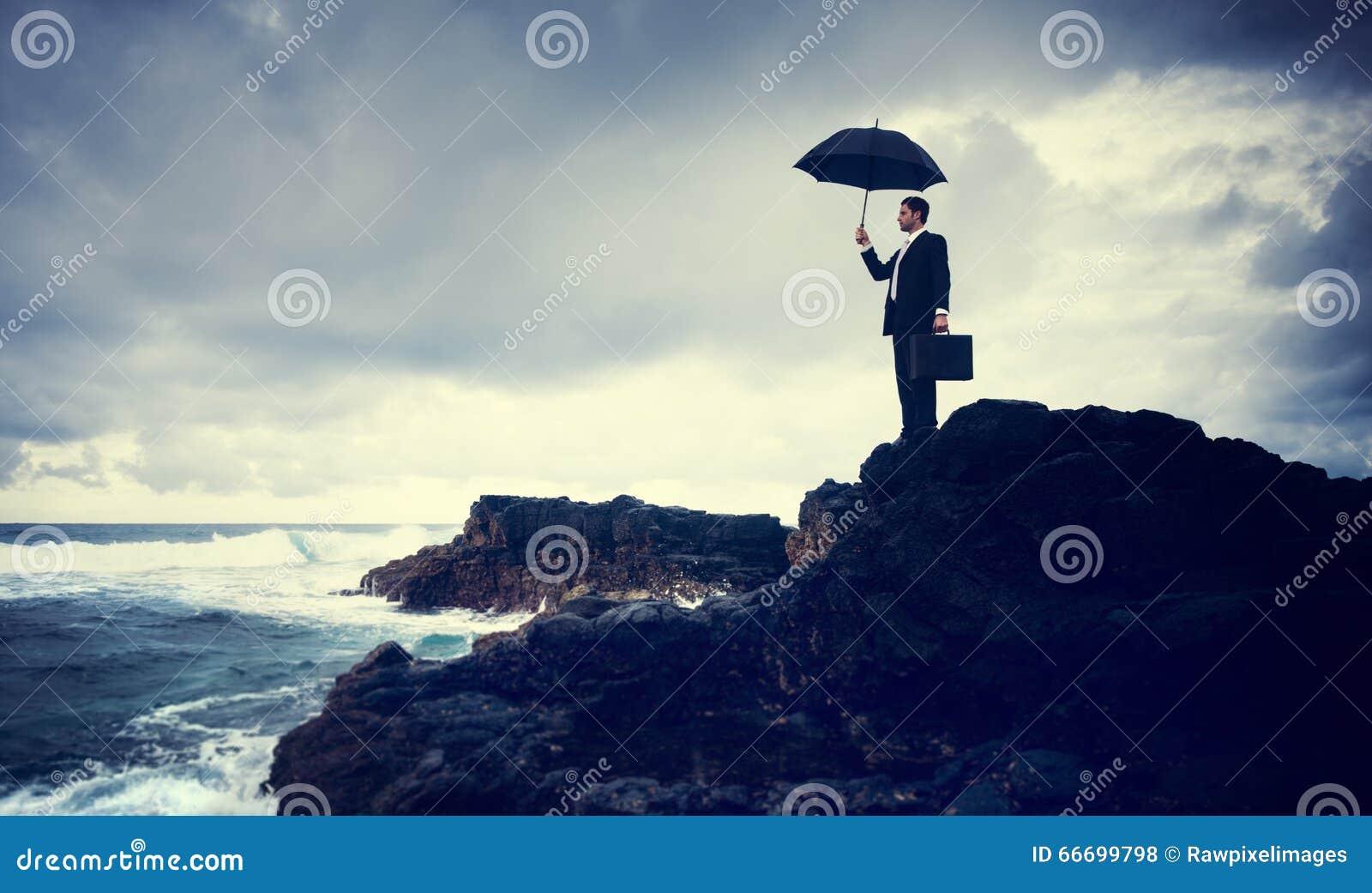 Uomo d affari solo che fa una pausa il concetto della spiaggia