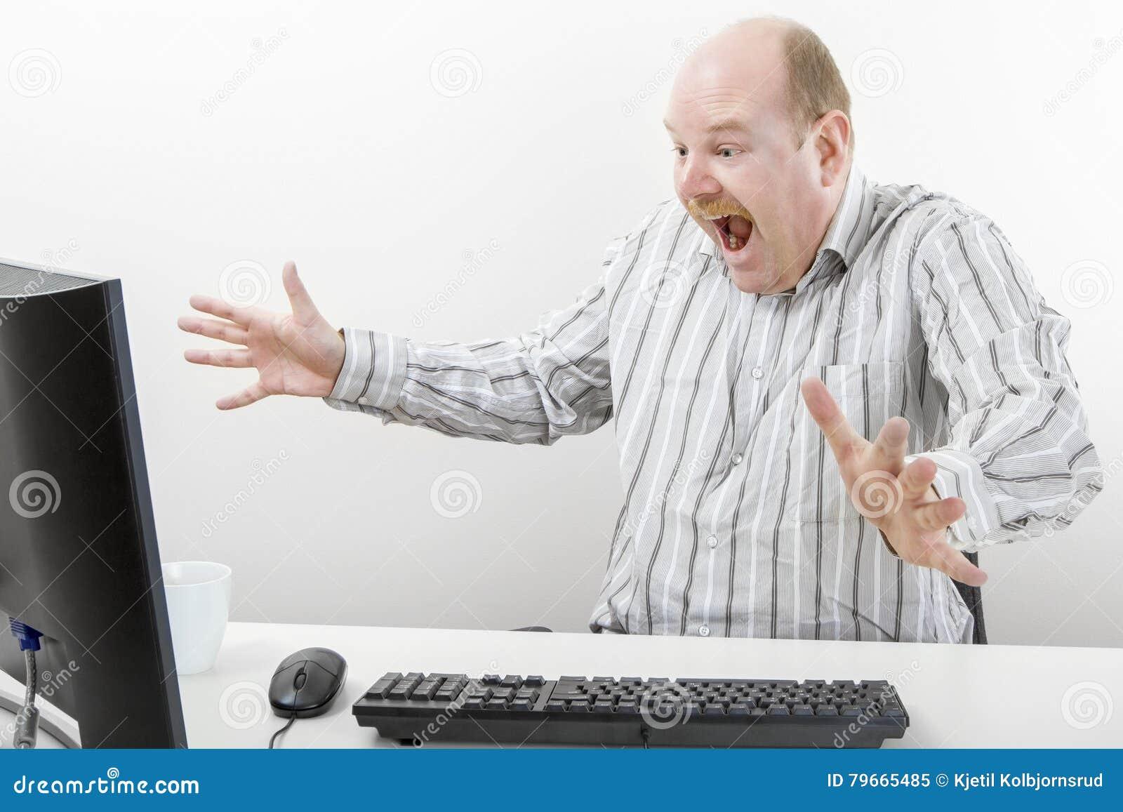 Uomo d affari sorpreso Gesturing While Looking al computer