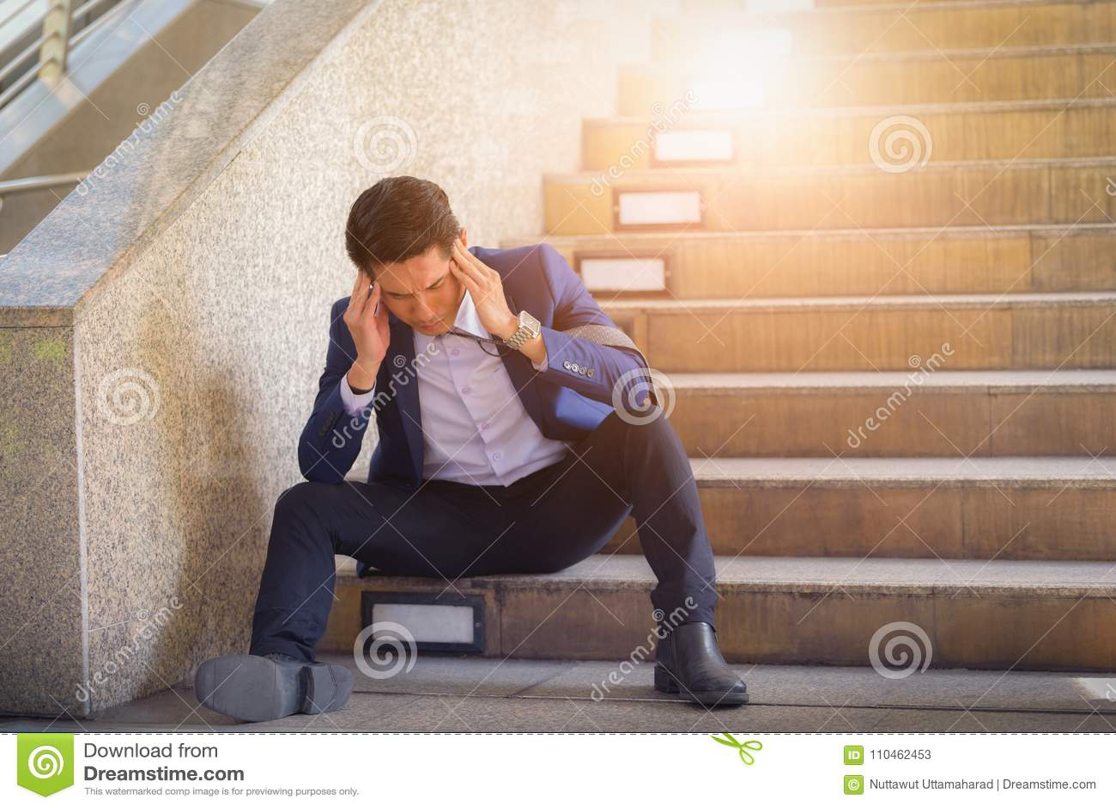 Uomo d affari triste che si siede sui punti fuori