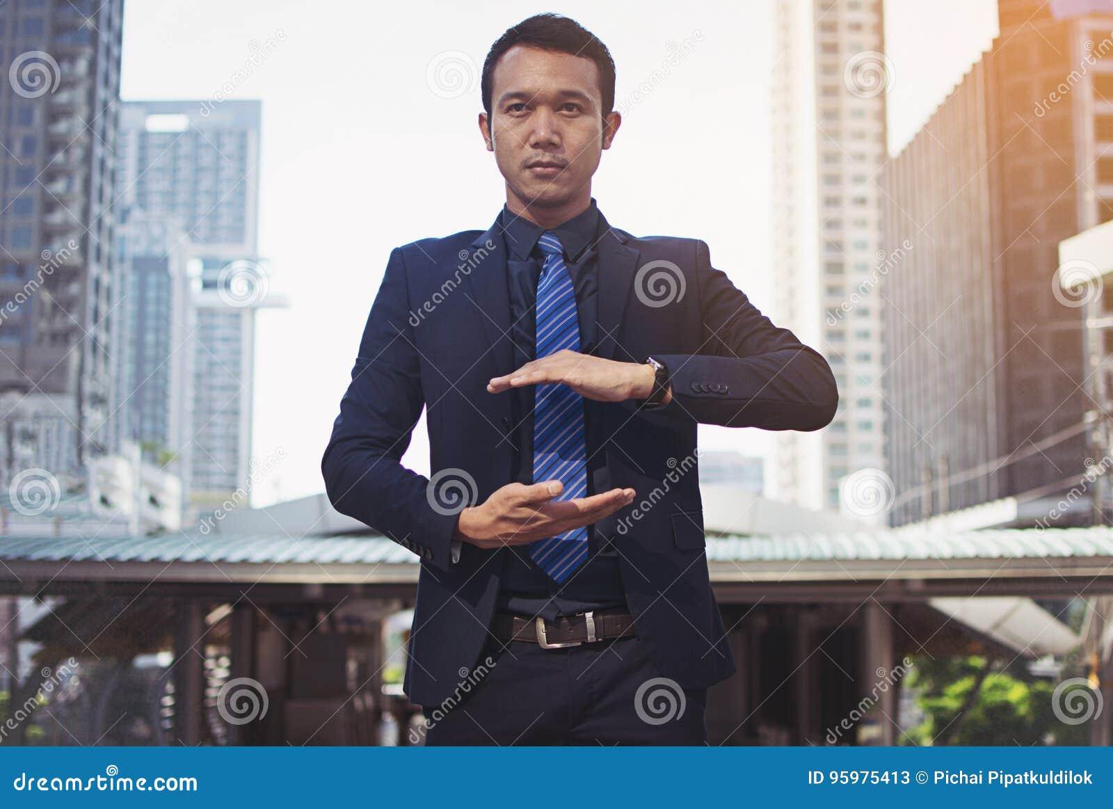 Uomo d affari in un vestito e legame con la mano tesa per impleme