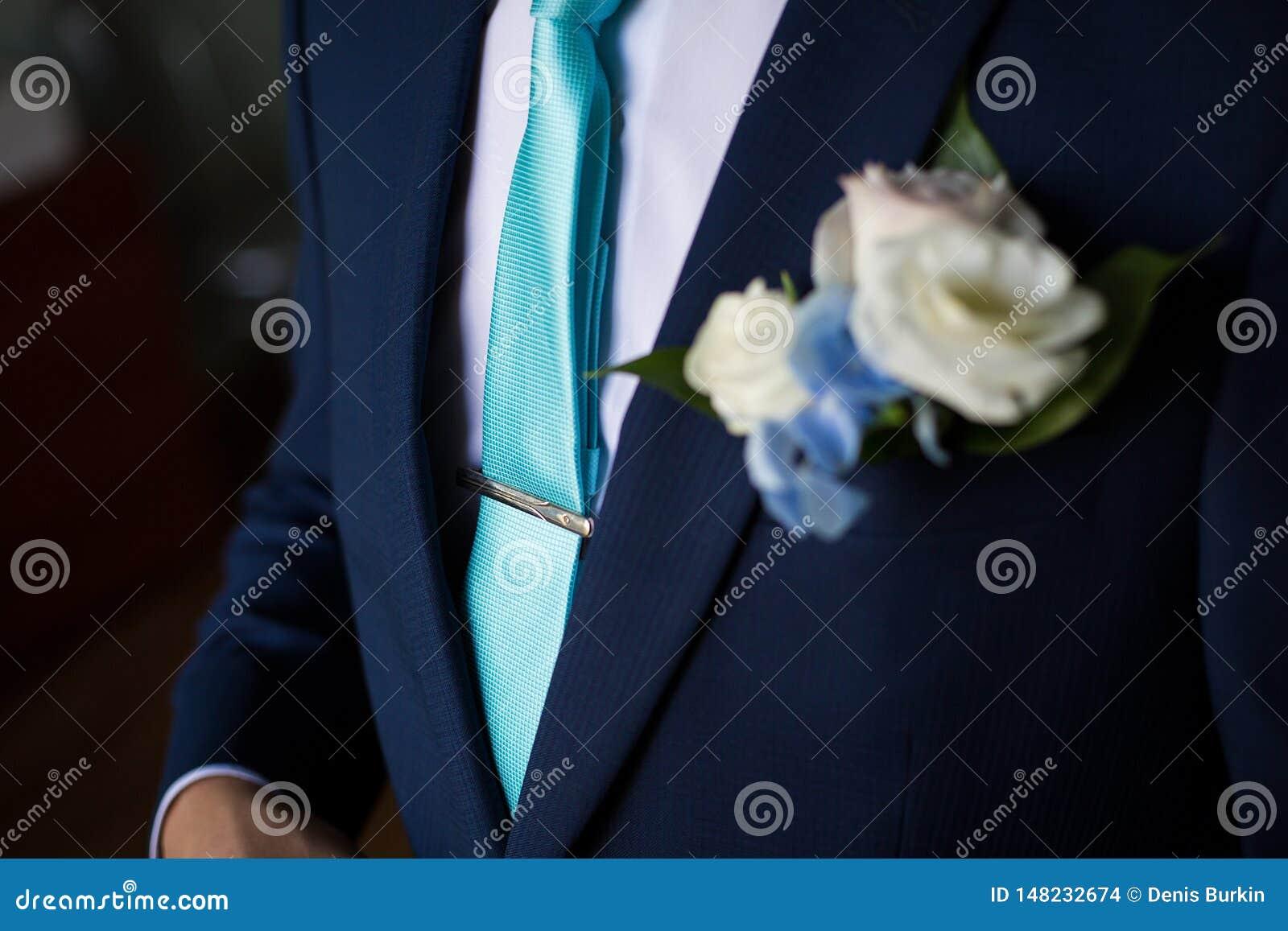 Uomo d affari in vestito blu che lega la cravatta r Uomo che ottiene pronto per lavoro La mattina dello sposo