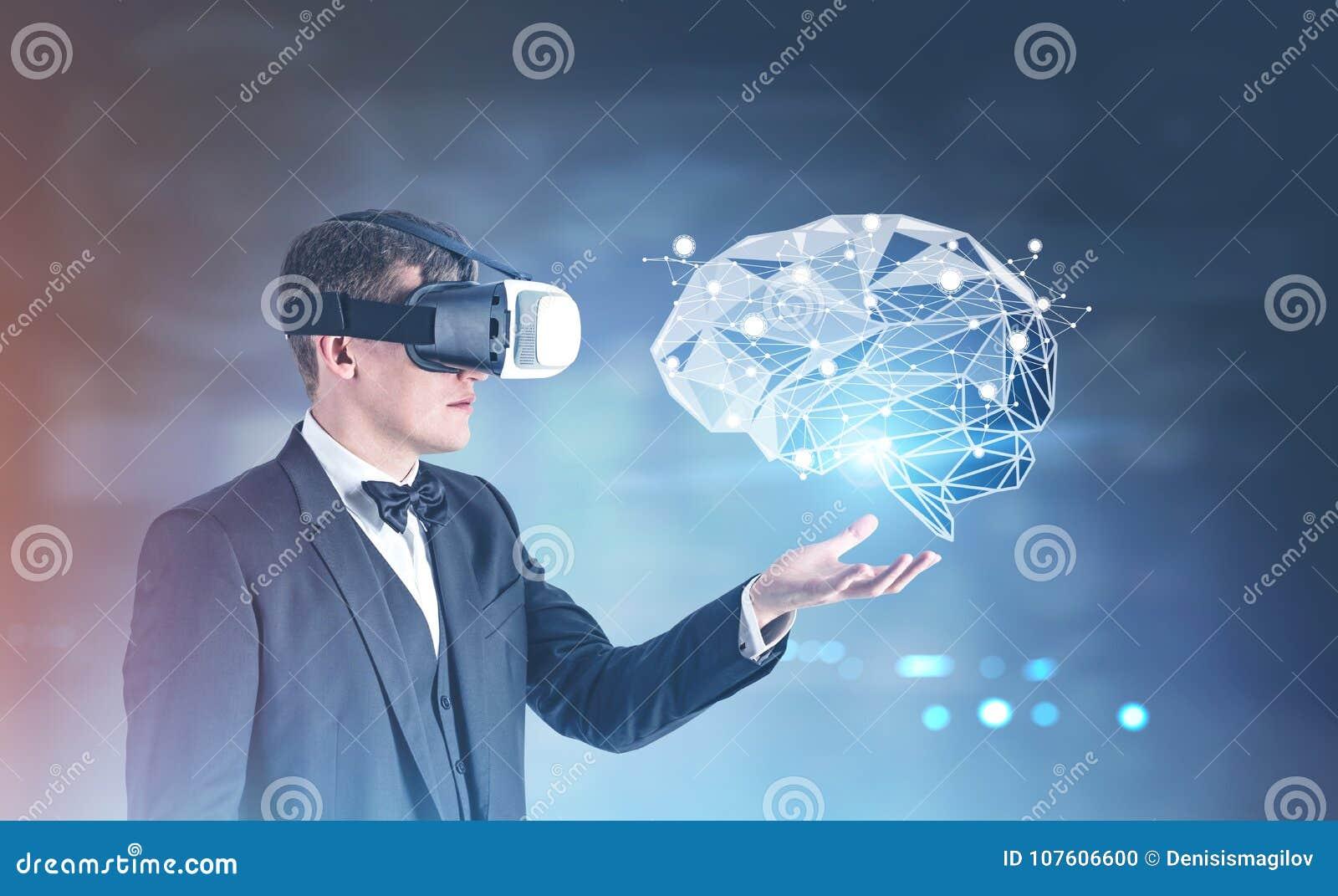 Uomo d affari in vetri di VR che mostrano un ologramma del cervello