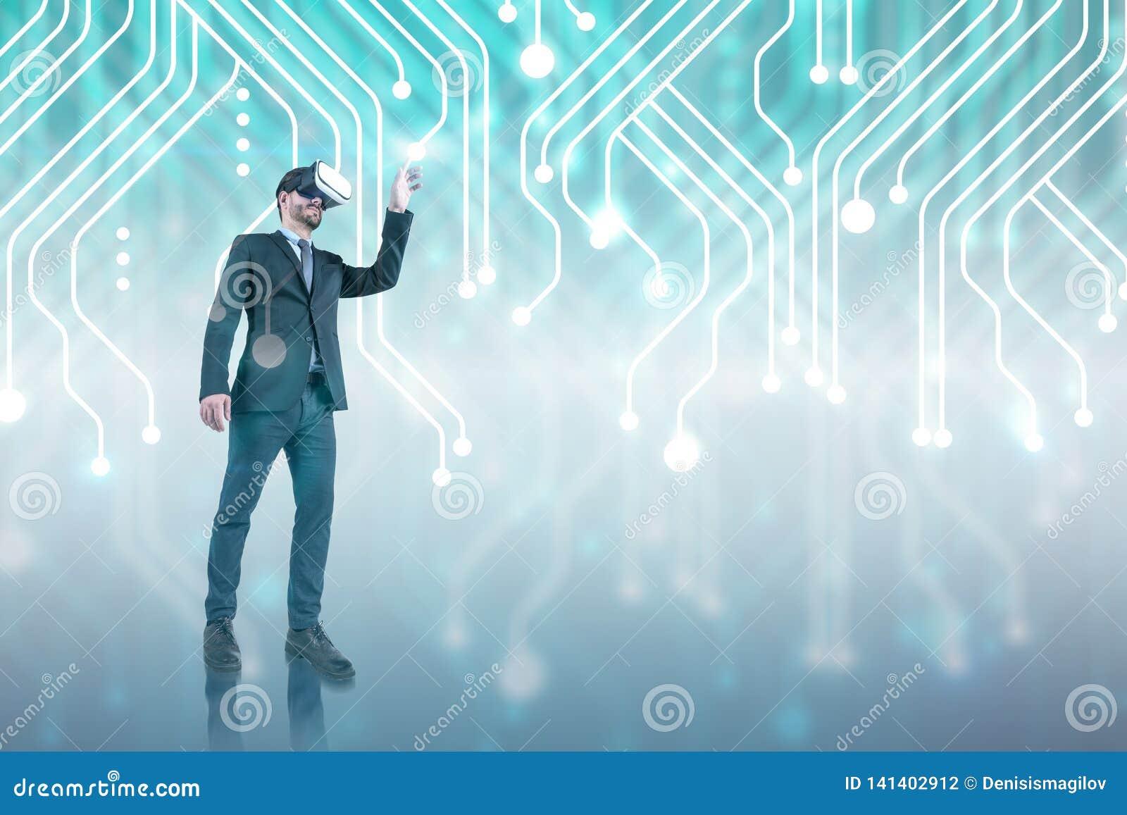 Uomo d affari in vetri di VR, interfaccia del circuito