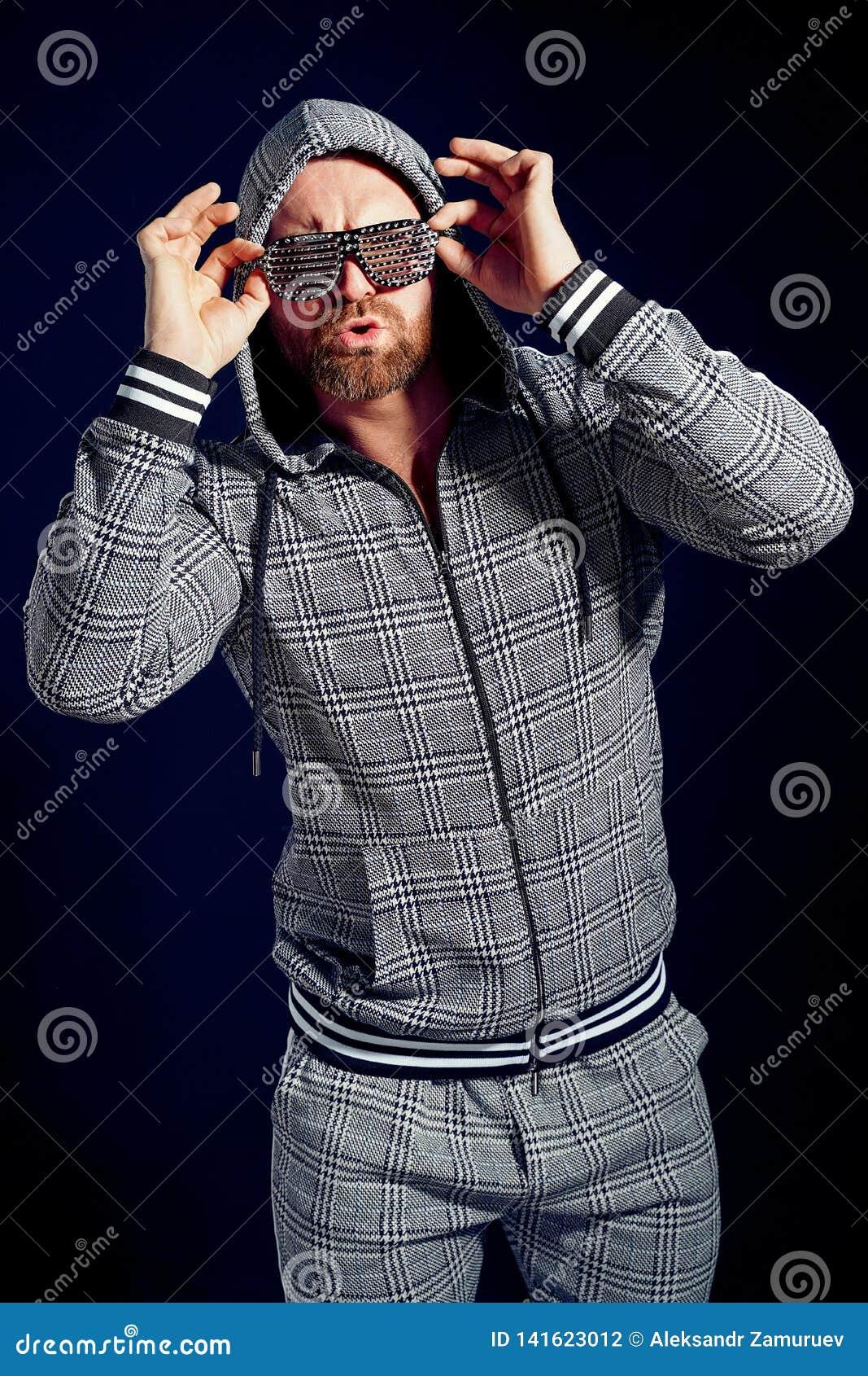 Uomo d avanguardia in vestito ed occhiali da sole alla moda di sport