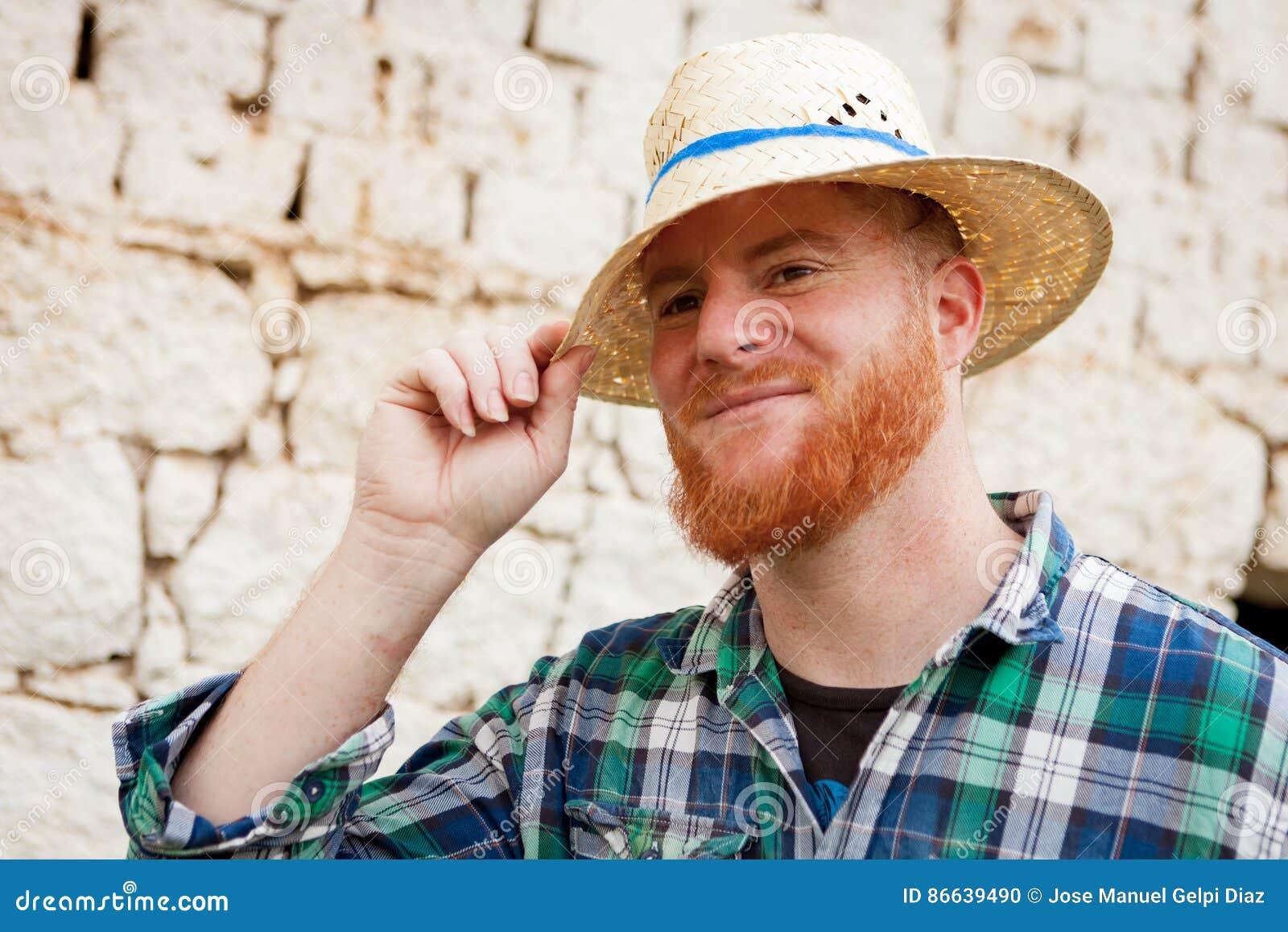 Uomo Dai Capelli Rossi Con Un Cappello Di Paglia Fotografia Stock ... e8983e776d95