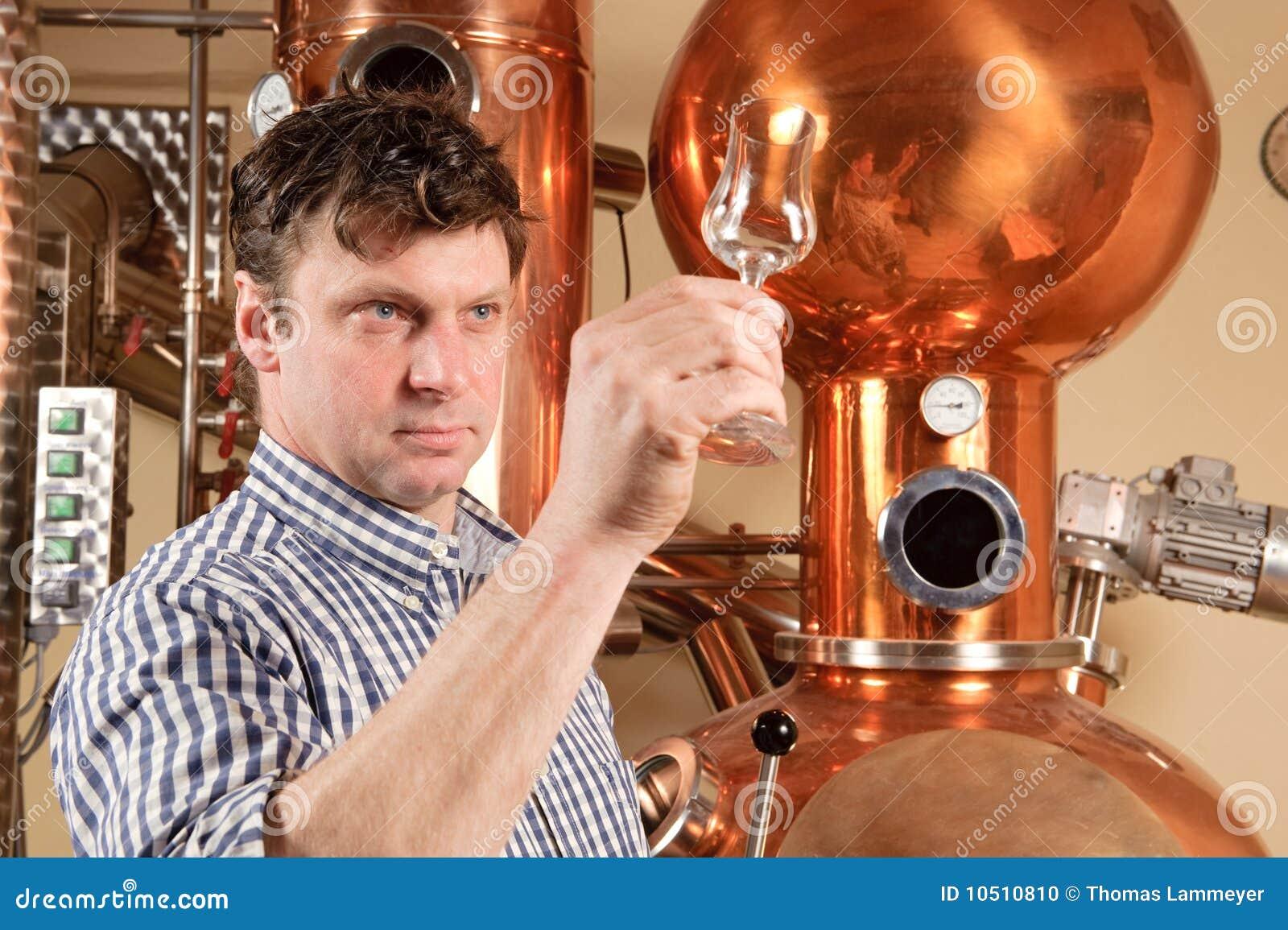 Uomo davanti alla distilleria