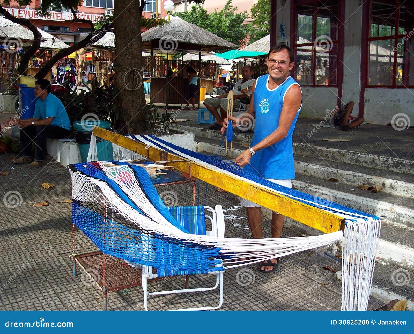 Uomo del lavoratore che costruisce un amaca