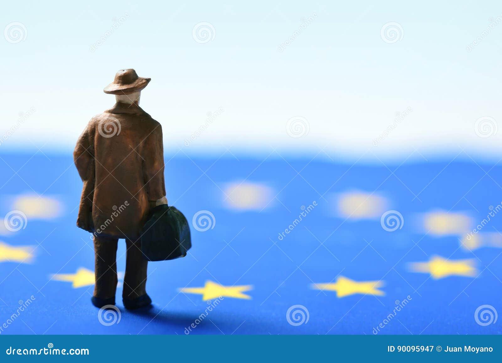 Uomo del viaggiatore e bandiera di Unione Europea miniatura