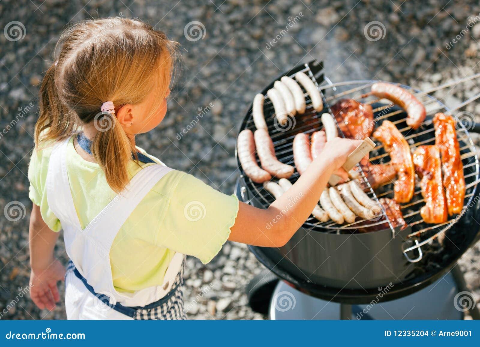 Uomo della griglia del barbecue