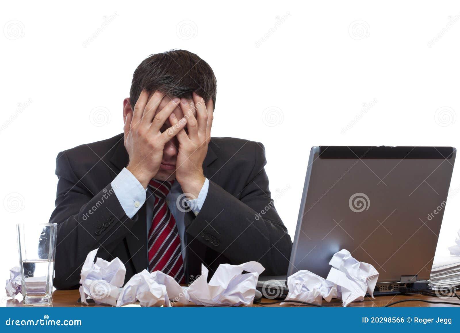 Uomo desperated frustrato che si siede allo scrittorio