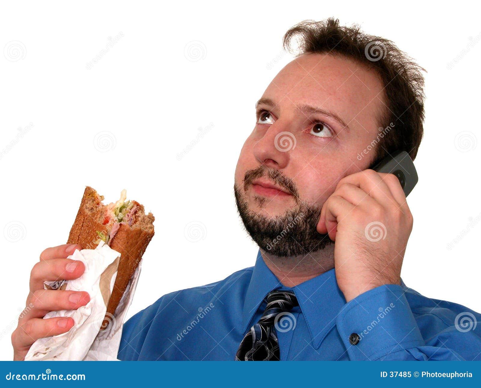 Uomo di affari in azzurro (che mangia pranzo)