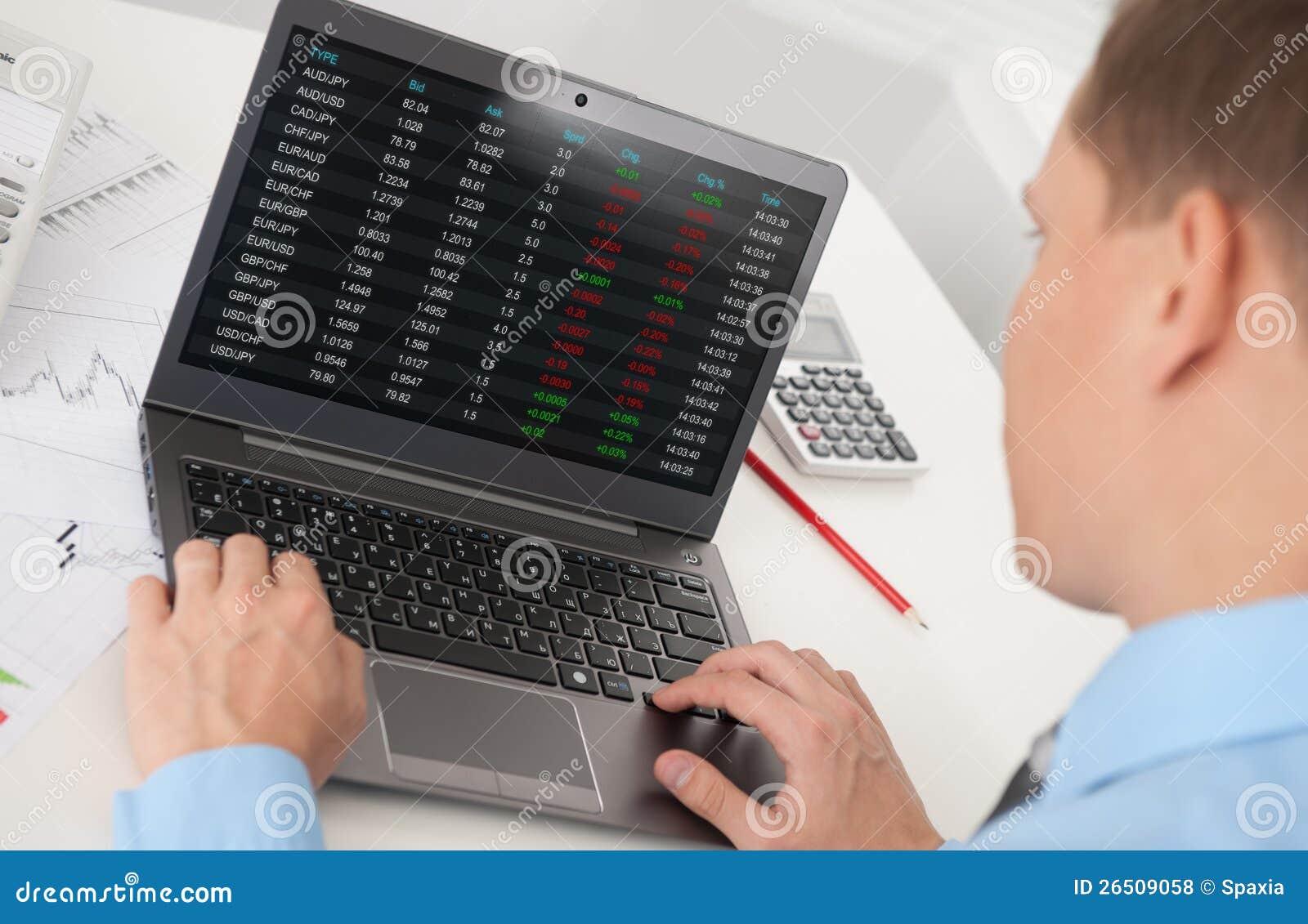 Uomo di affari che analizza il mercato azionario