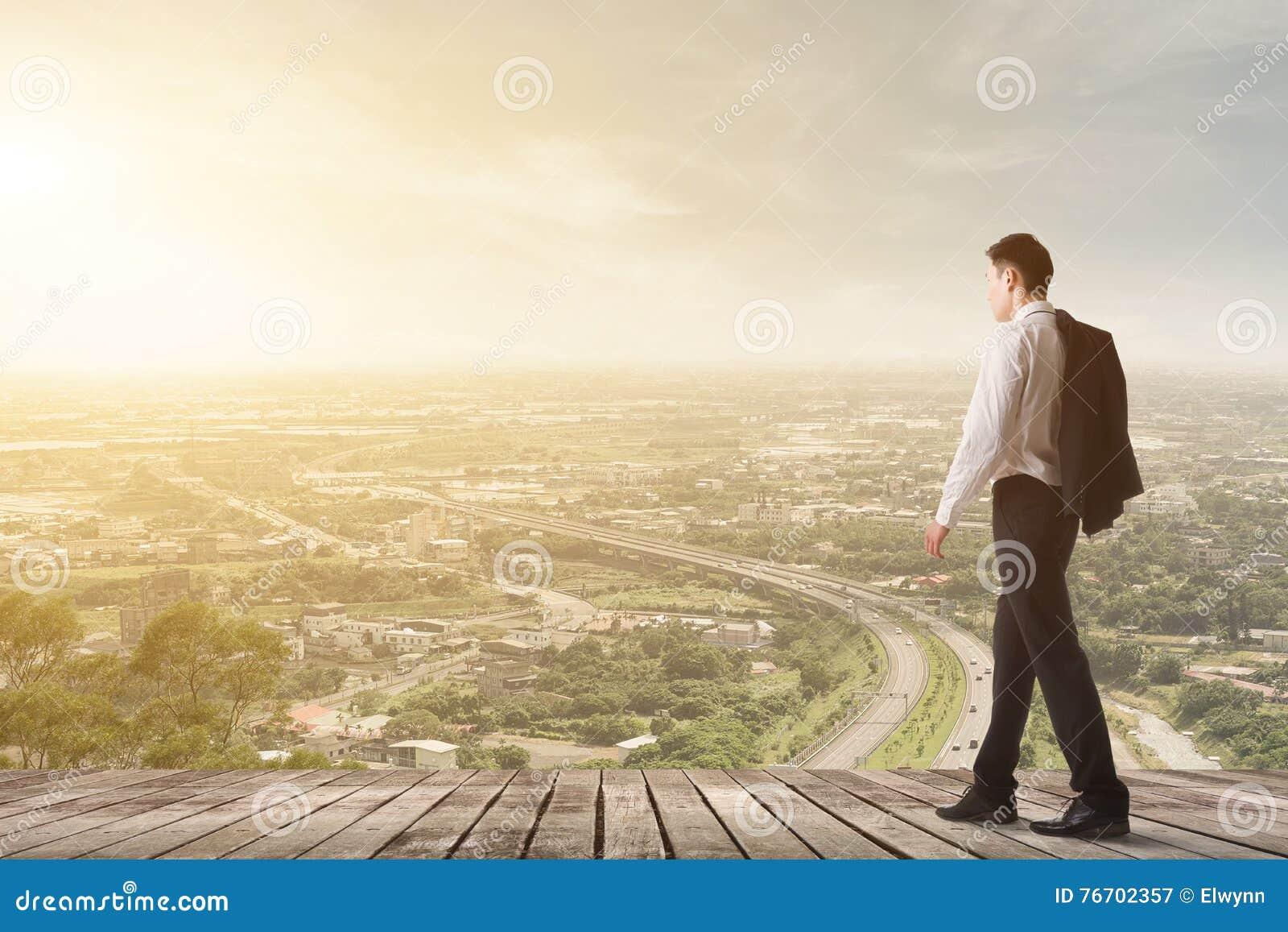 Uomo di affari che cammina con una cartella