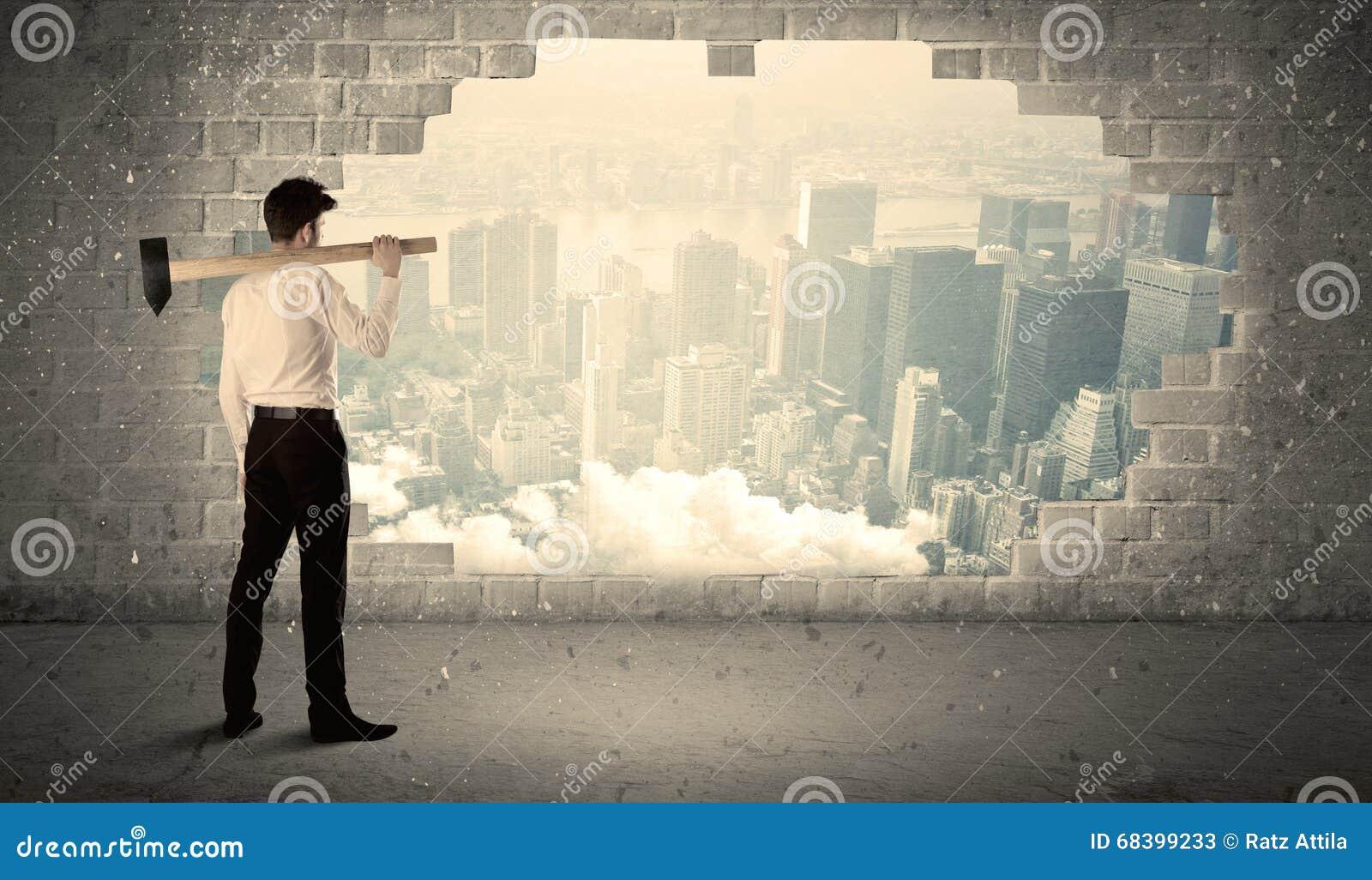 Uomo di affari che colpisce parete con il martello sulla vista della città
