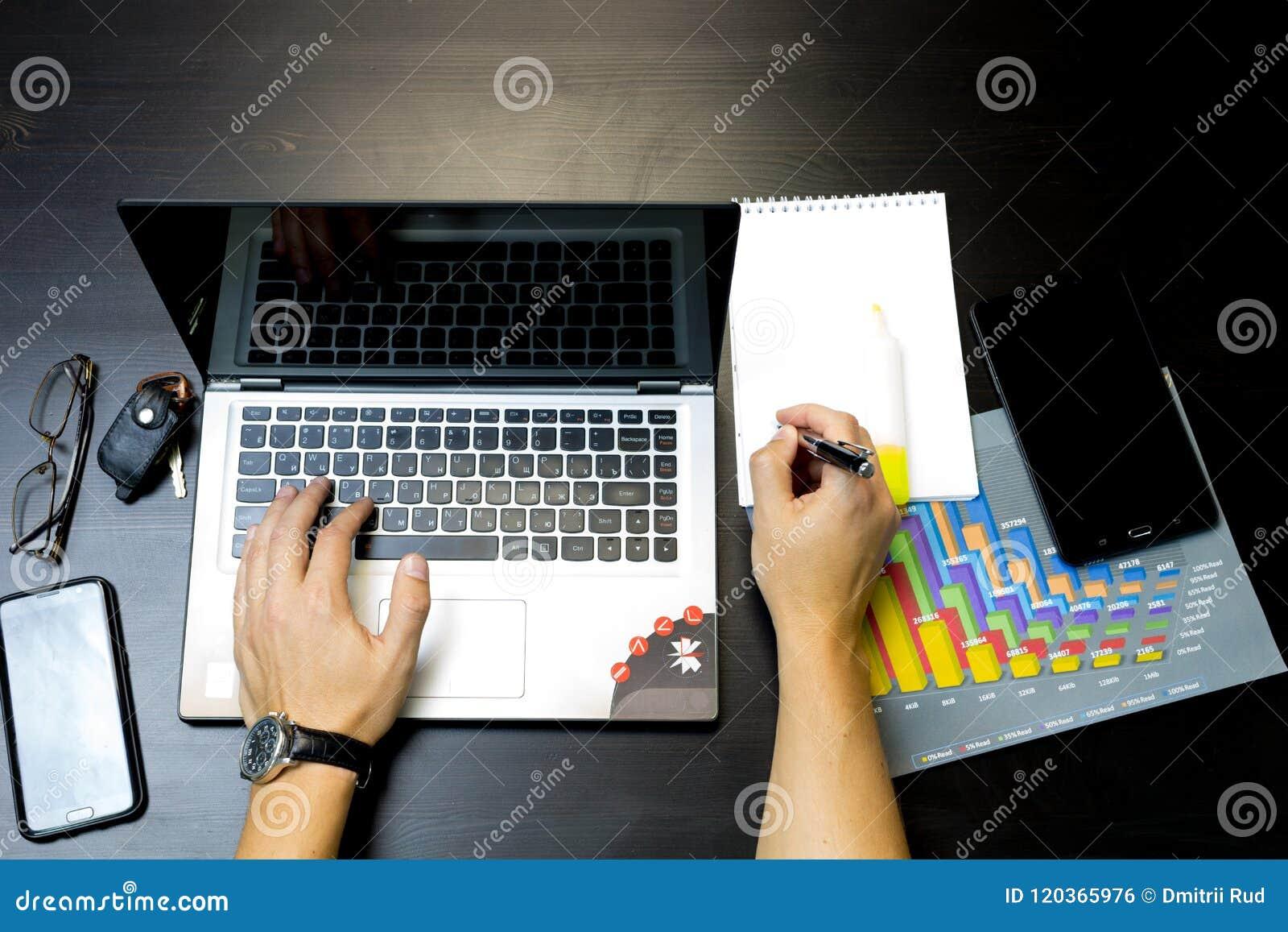 Uomo di affari che lavora ad un computer portatile