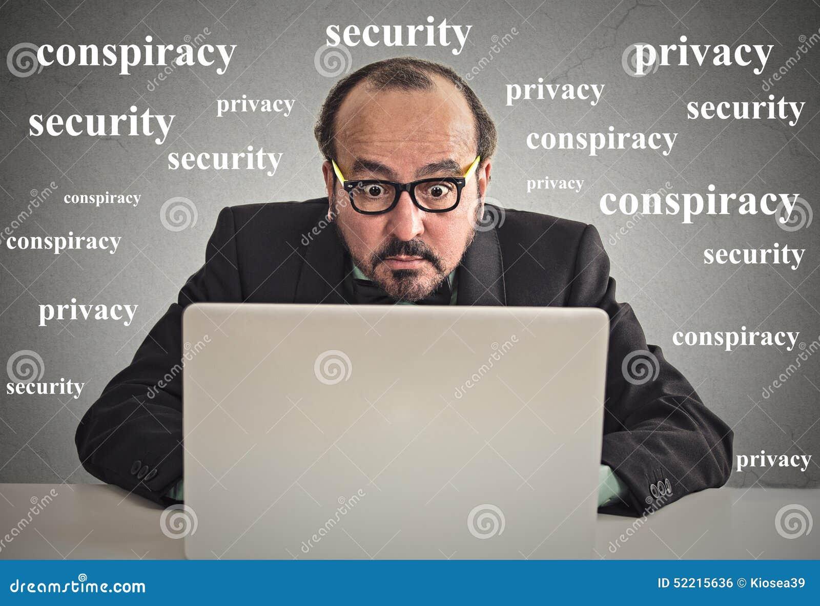 Uomo di affari che lavora al concetto di segretezza del computer