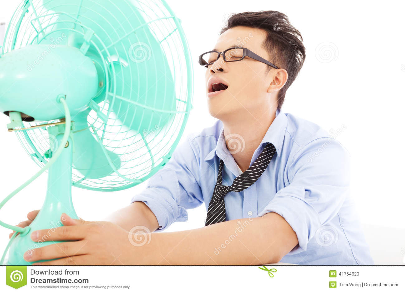 Uomo di affari che soffre un calore caldo di estate con i fan