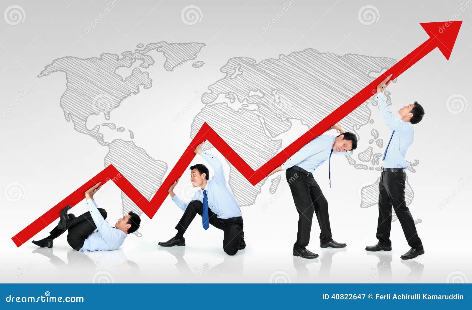Uomo di affari che spinge un grafico commerciale verso l alto