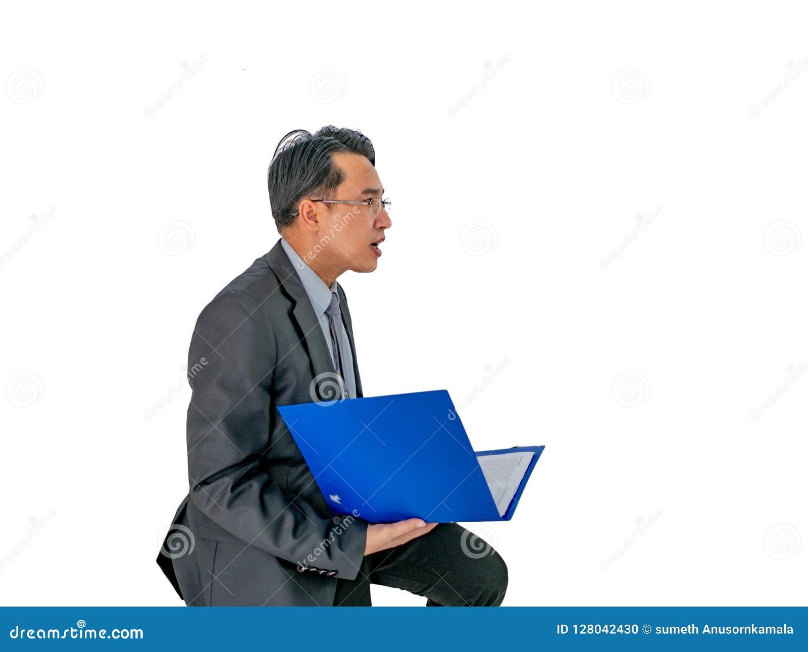 Uomo di affari che tiene il suo documento su fondo isolato