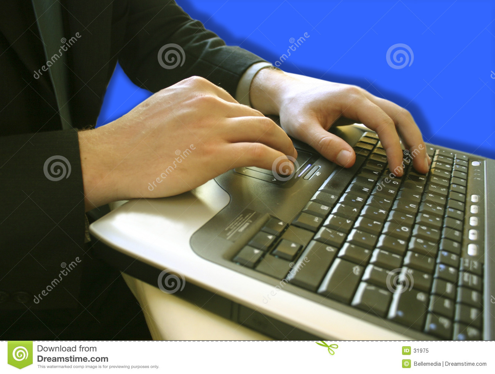 Uomo di affari su un computer portatile