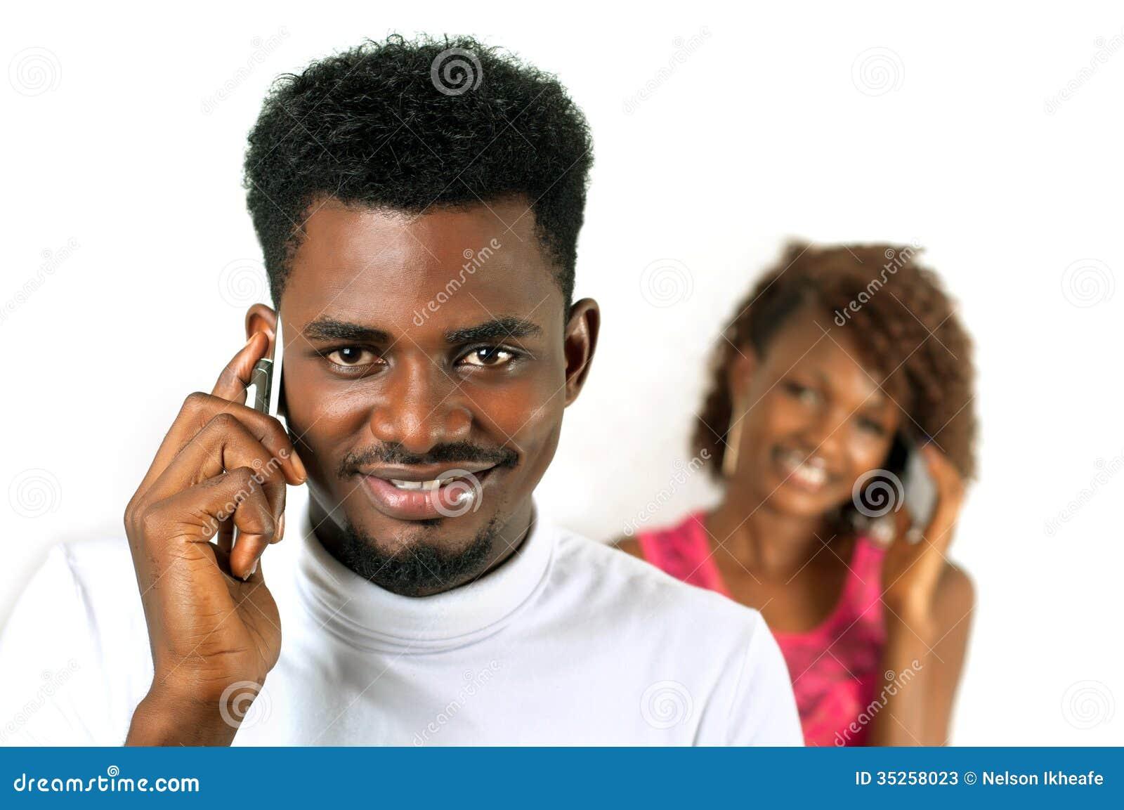 Gruppo di persone sul telefono cellulare isolato