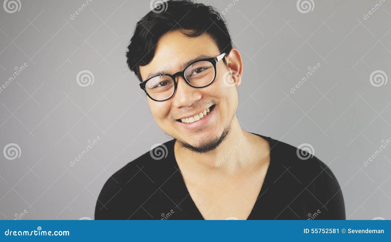 Uomo di Asain con fondo grigio