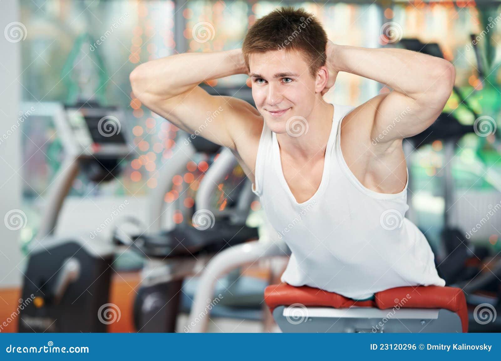 Uomo di Bodybuilding alle esercitazioni addominali di scricchiolio