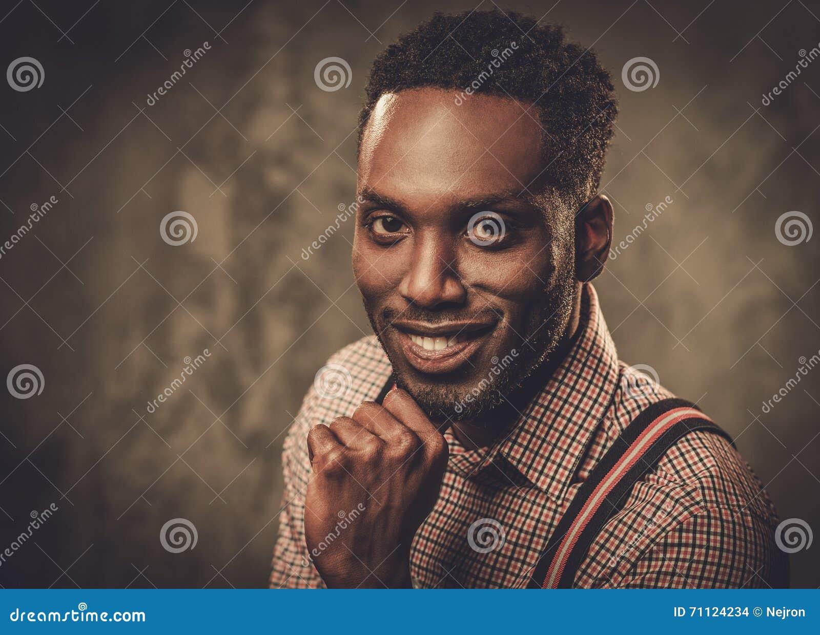 davvero comodo sito ufficiale ben noto Uomo Di Colore Alla Moda Con Le Bretelle Che Posano Sul Fondo ...
