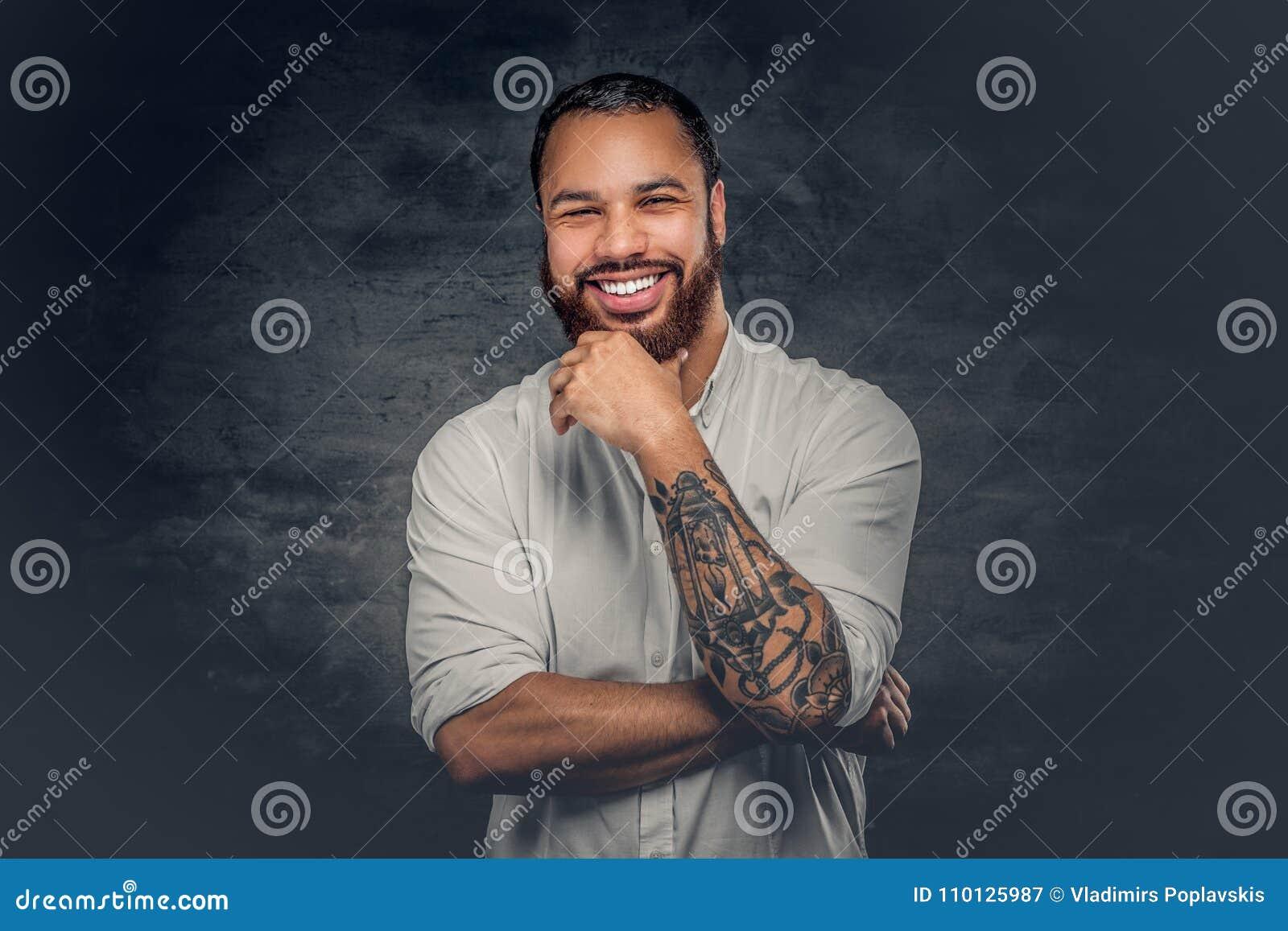 Uomo di colore con il tatuaggio sulle armi