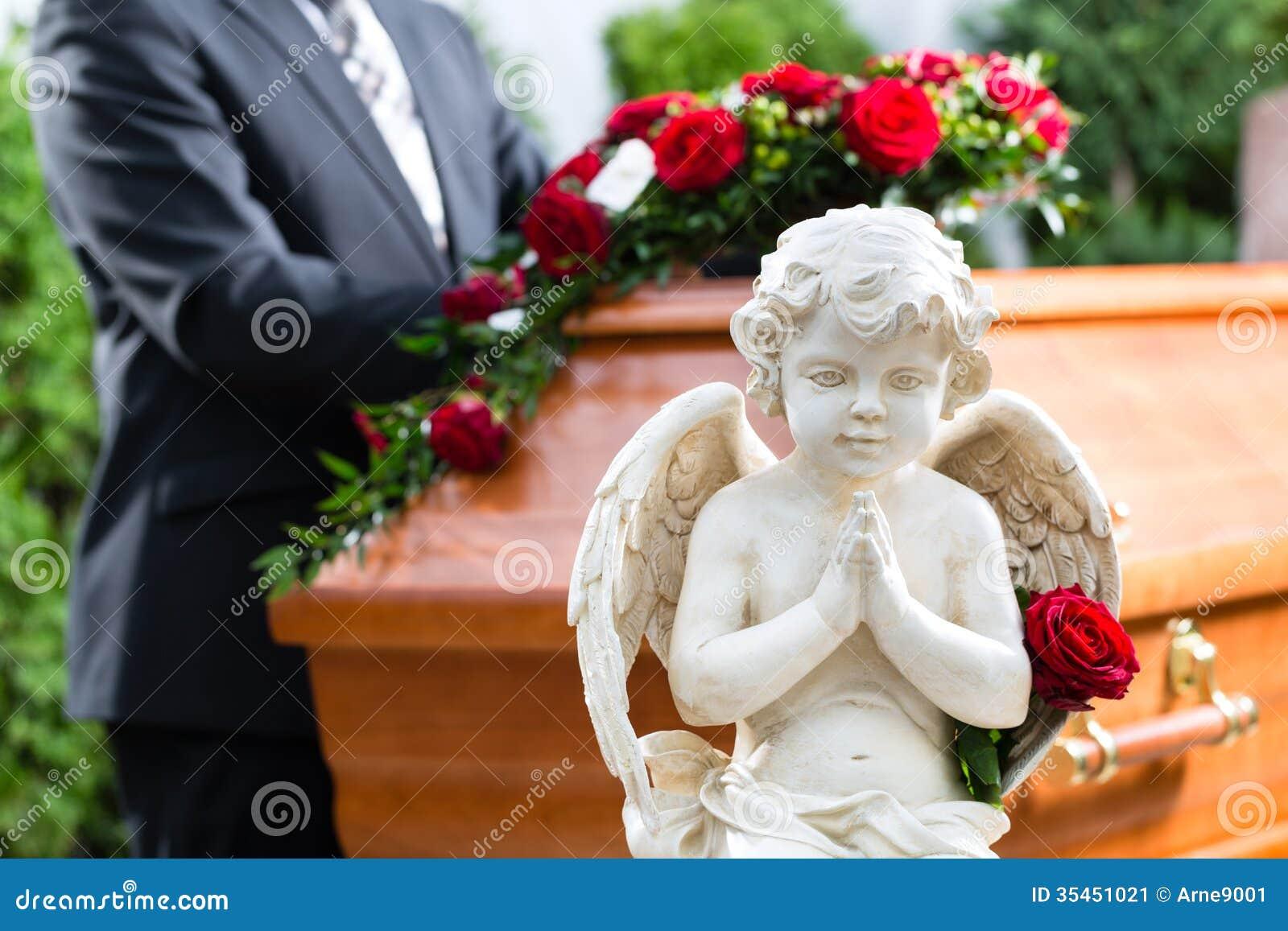 Uomo di dolore al funerale con la bara