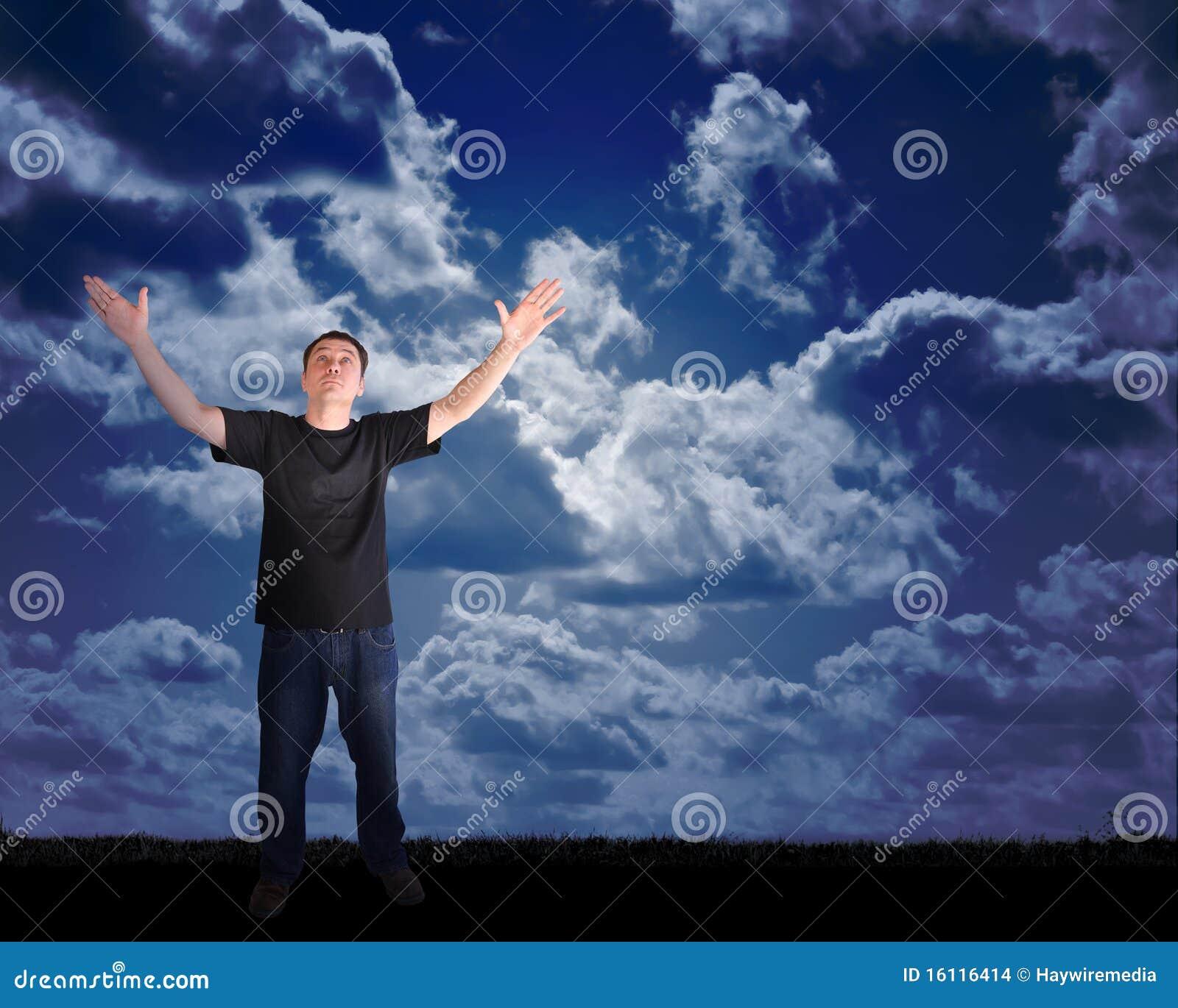 Uomo di pace che raggiunge al cielo con speranza