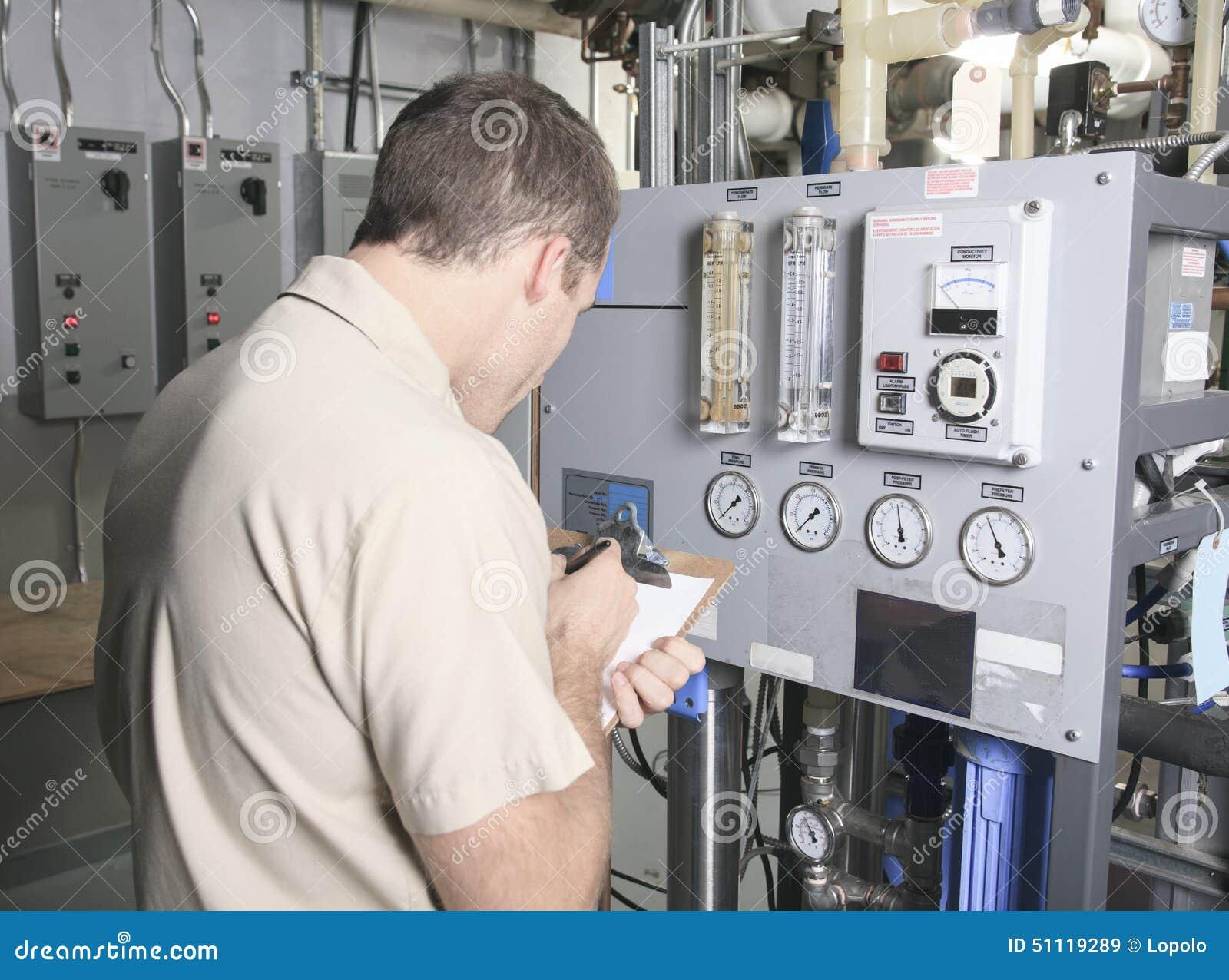 Uomo di riparazione del condizionatore d aria sul lavoro