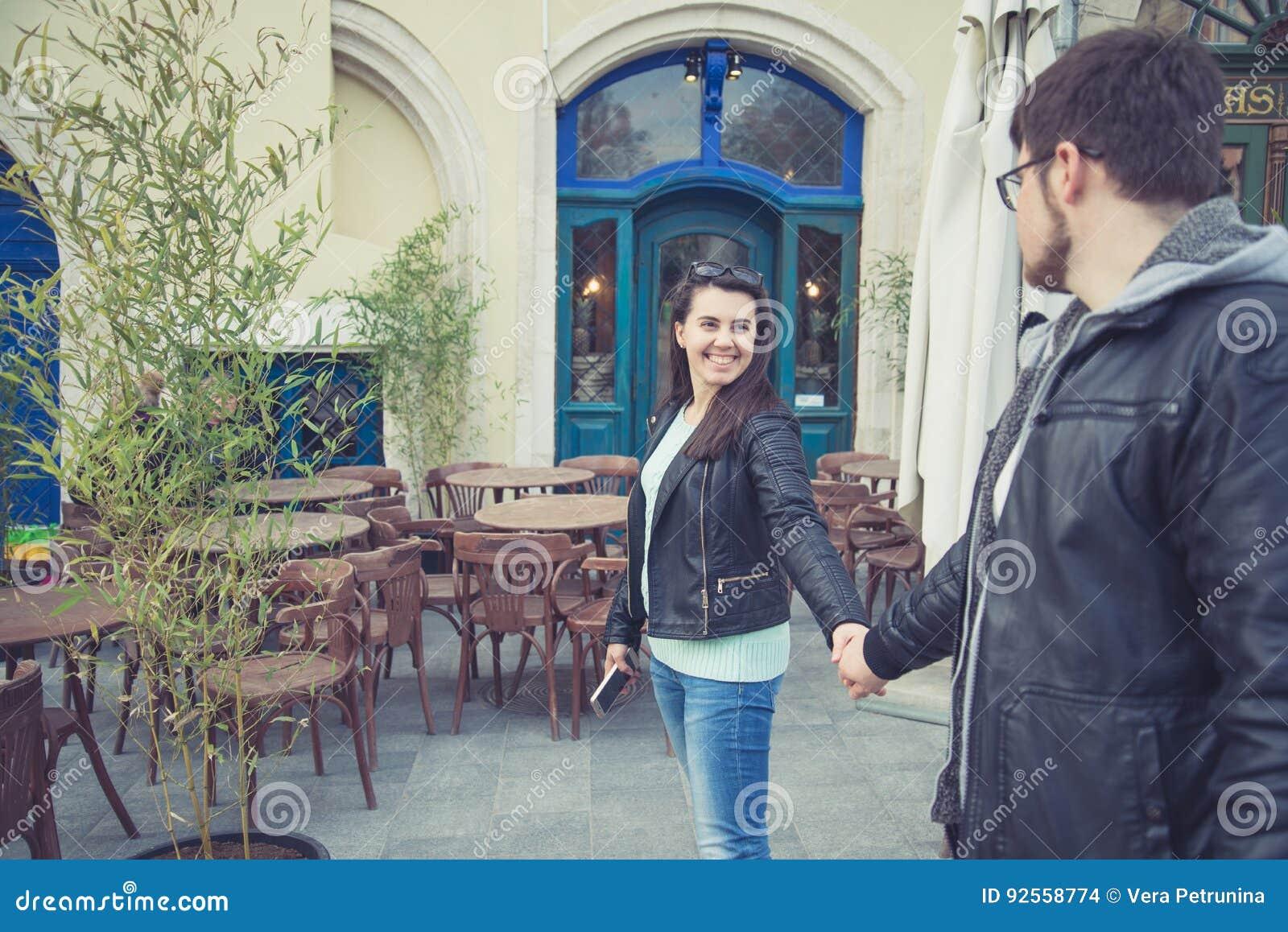 Uomo di tirata della donna al ristorante