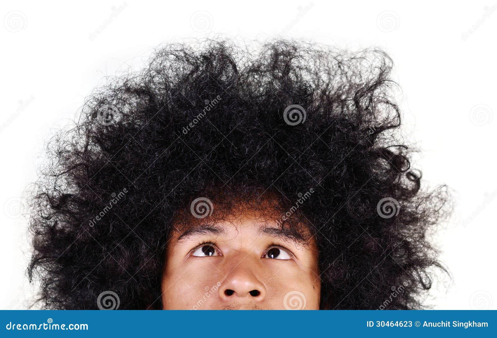 Uomo di Yong con cercare lungo dei capelli