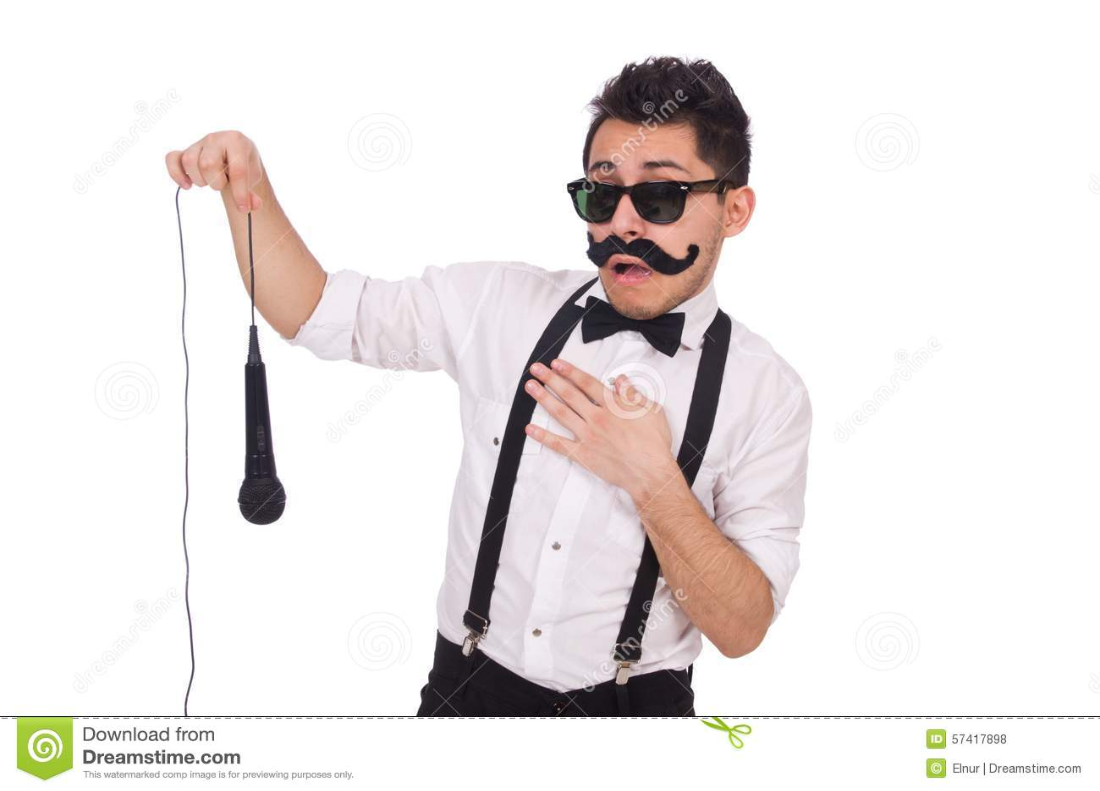 Uomo divertente con il mic isolato sul bianco