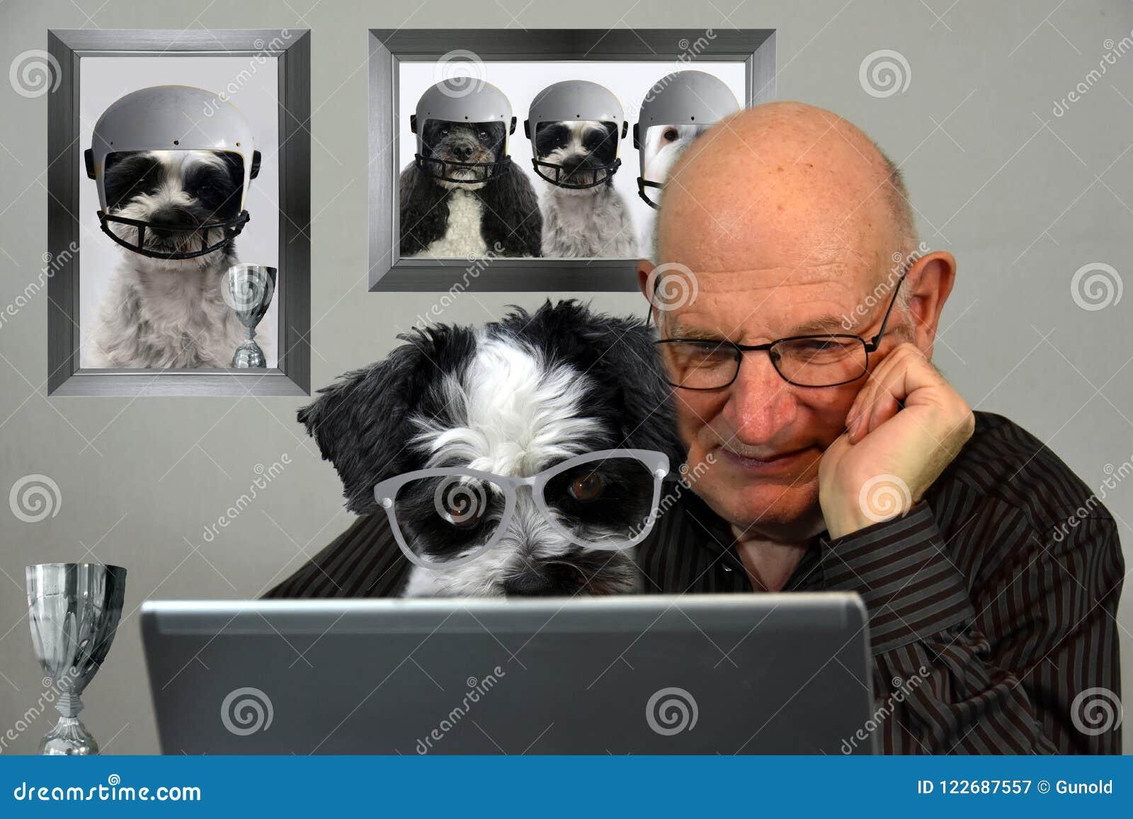 Uomo e cane che esaminano i risultati di calcio in Internet