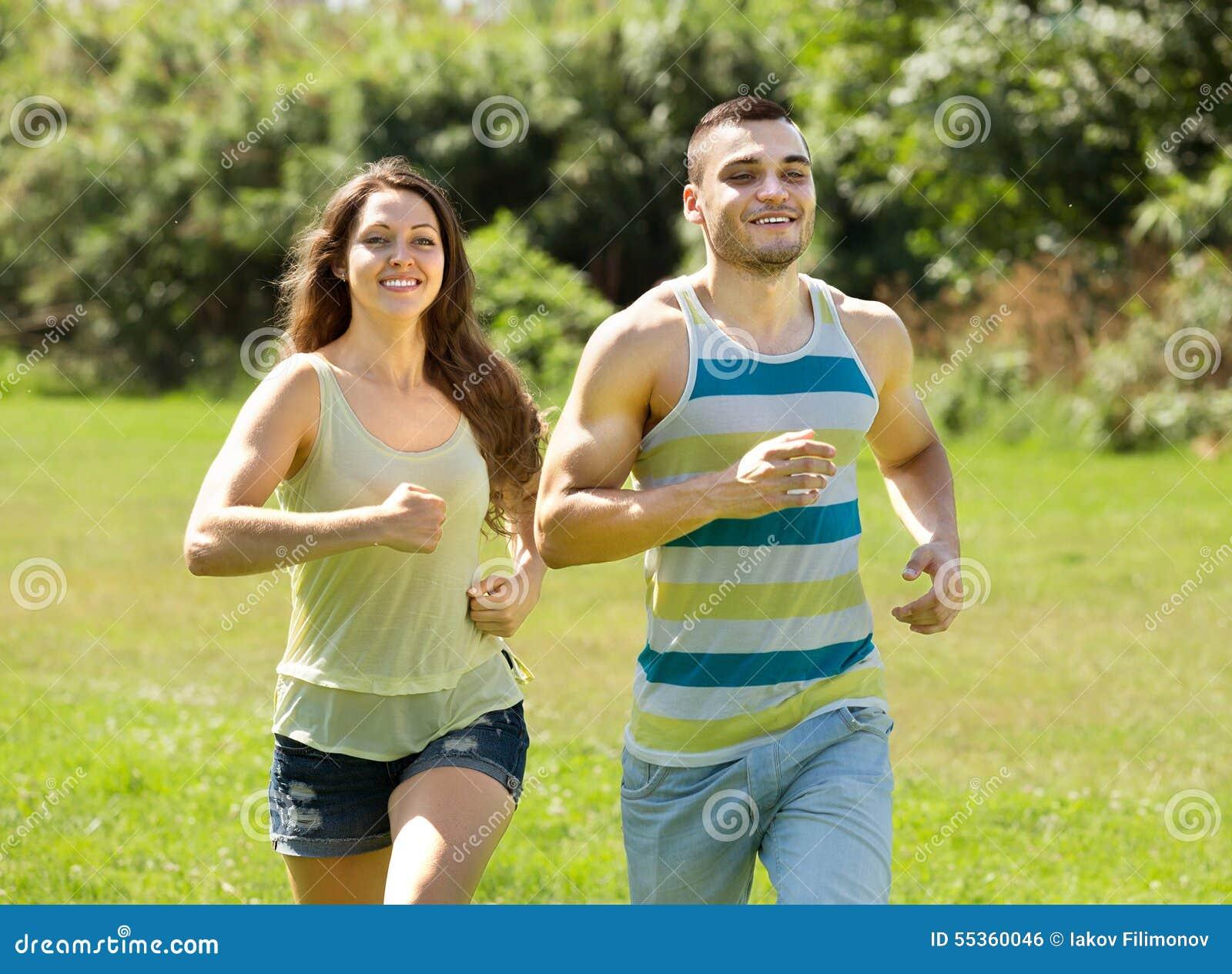 Uomo e donna che pareggiano all aperto