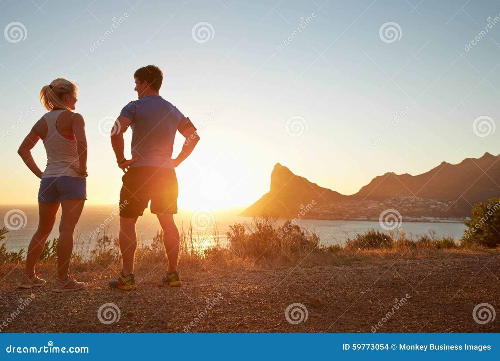 Uomo e donna che parlano dopo avere pareggiato