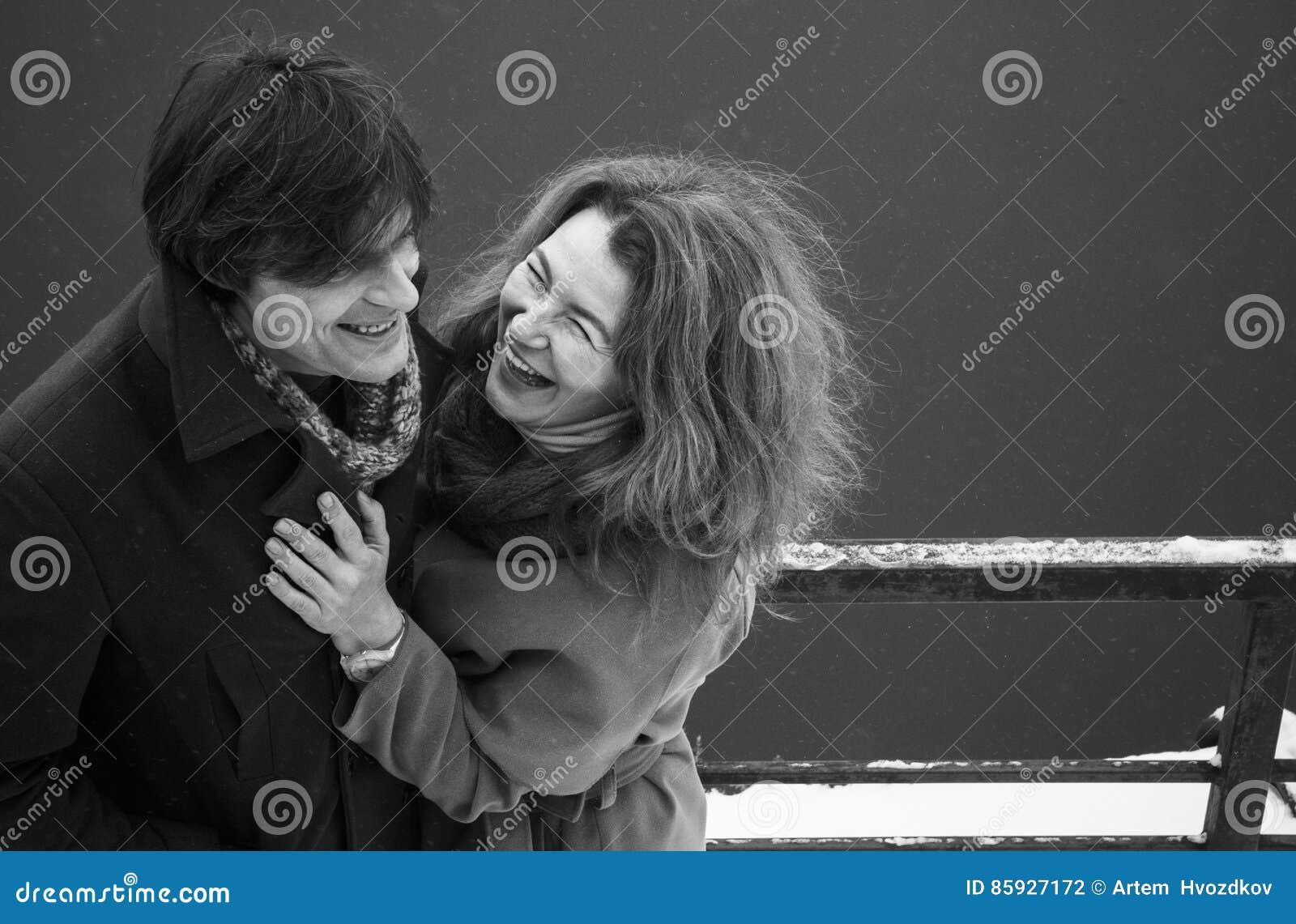 Uomo e donna che ridono insieme, giorno, all aperto