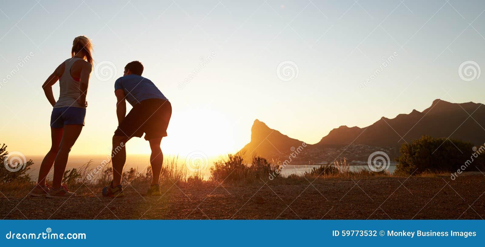 Uomo e donna dopo avere pareggiato, formato della scatola di lettera