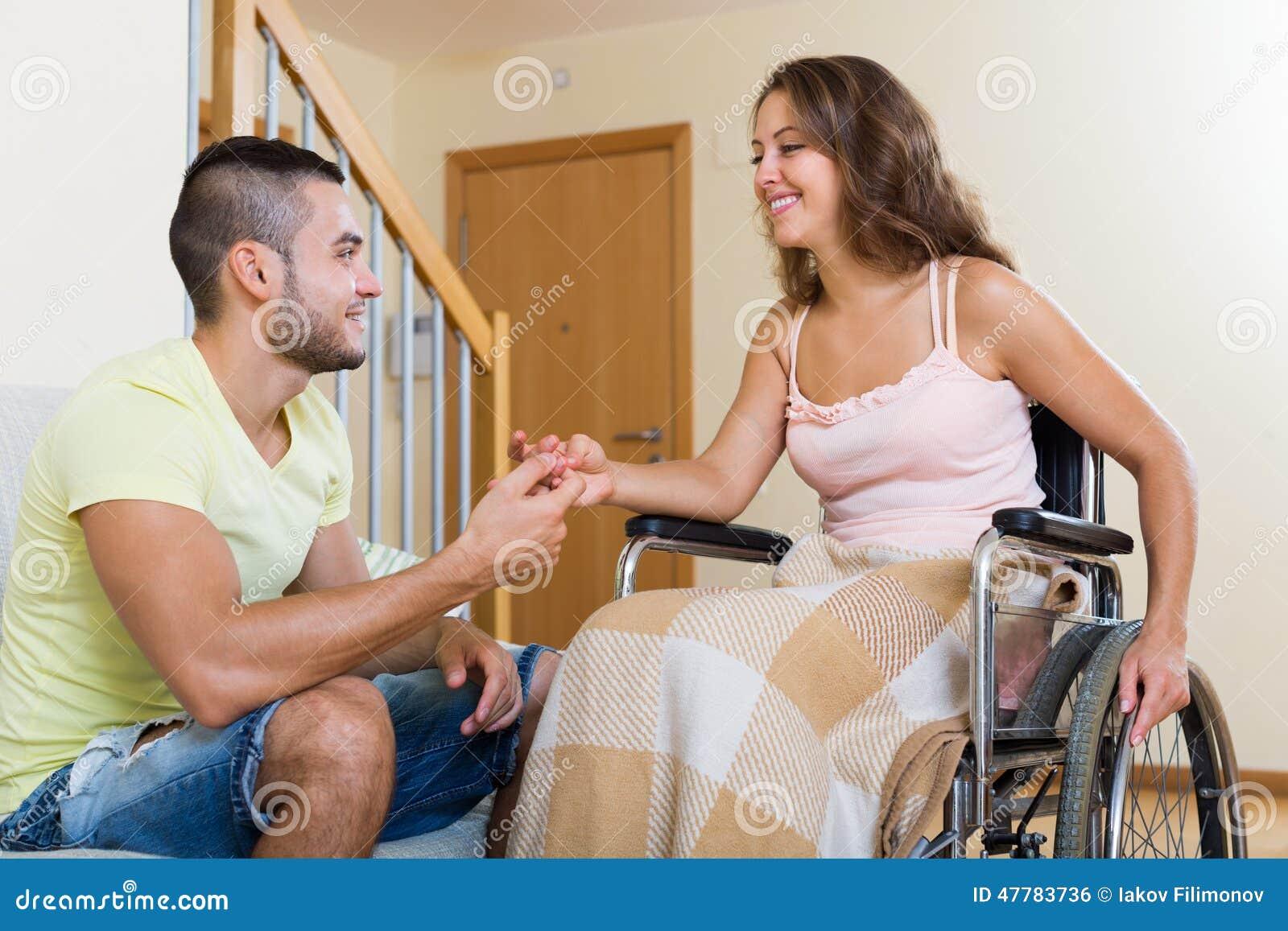 Uomo e donna in sedia a rotelle che ha conversazione for Fisico sedia a rotelle