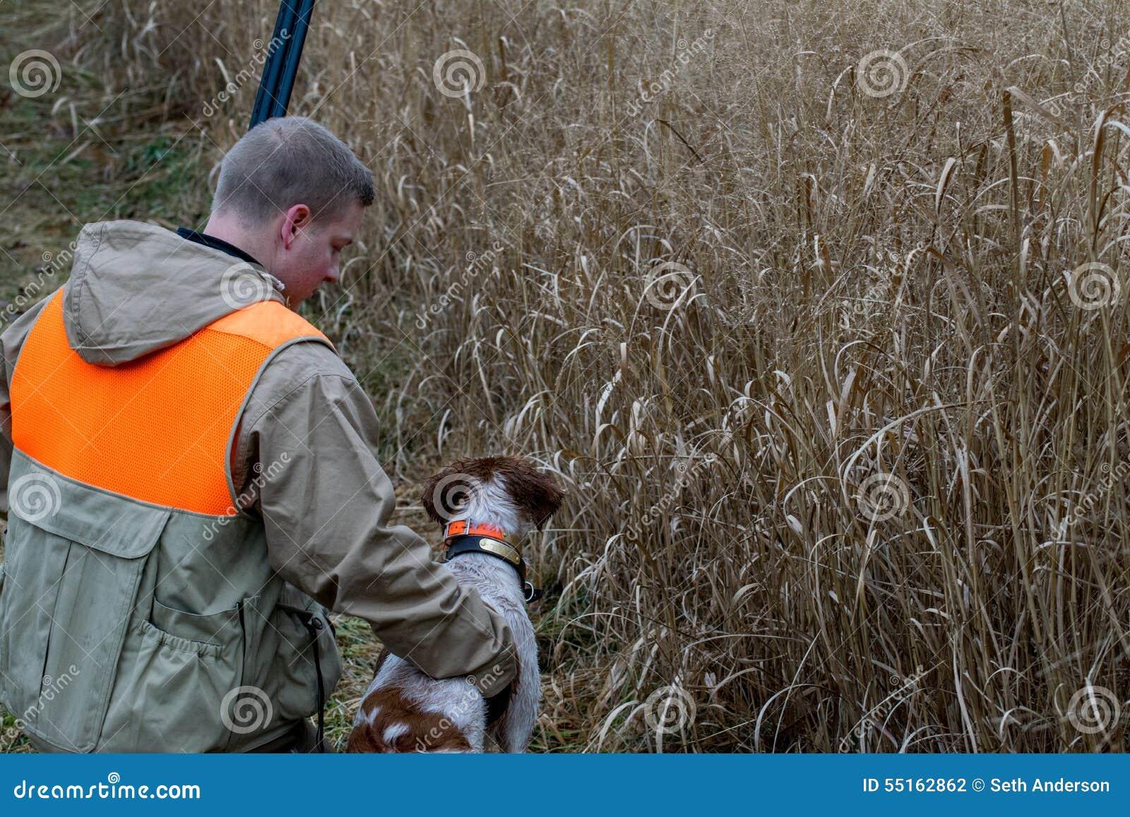 Uomo e la sua caccia agli uccelli del migliore amico