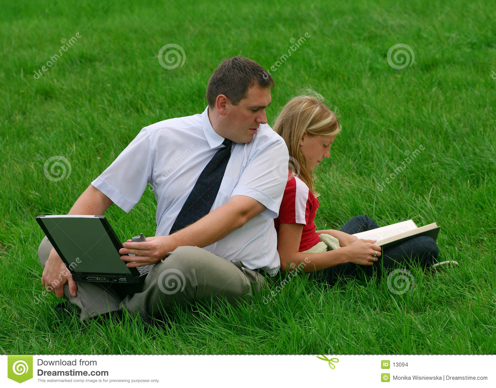 Uomo e ragazza che si siedono nell erba