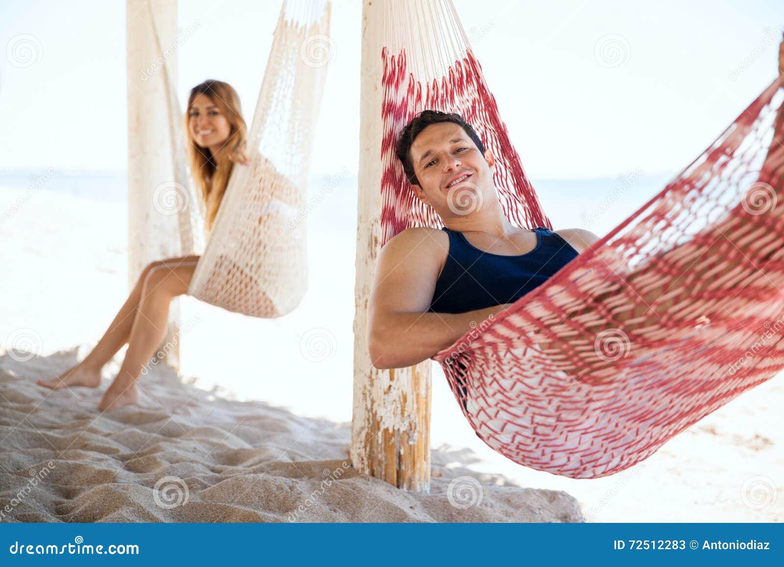 Uomo ed amica che si rilassano alla spiaggia