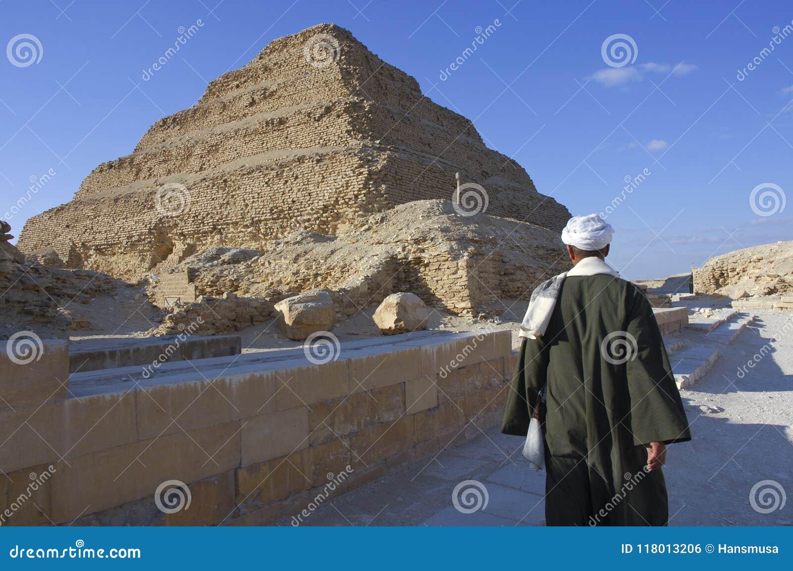 Uomo egiziano vicino alla piramide di Saqqara a Giza, Il Cairo, Egitto su 02-09