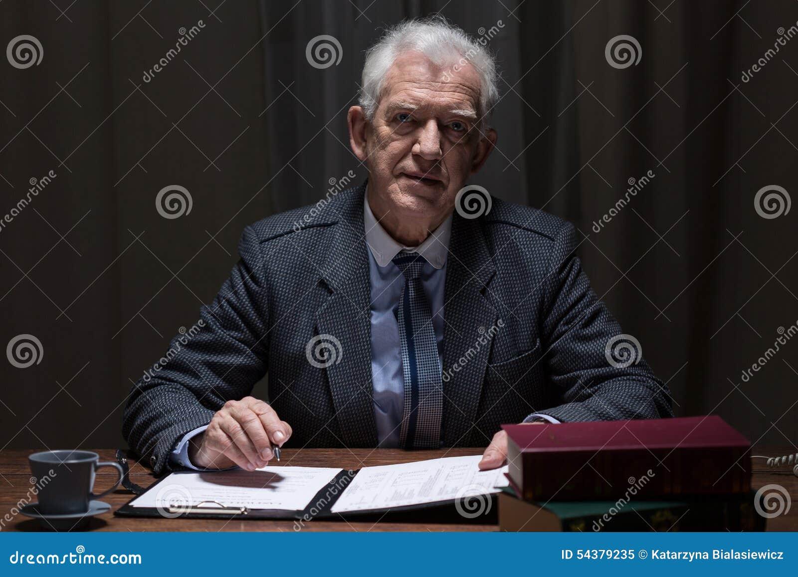 Uomo elegante anziano